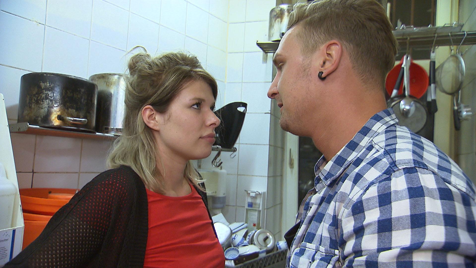 Leon (re.) bittet Nina (li.) darum, ihren Job zu kündigen. (Quelle: RTL 2)