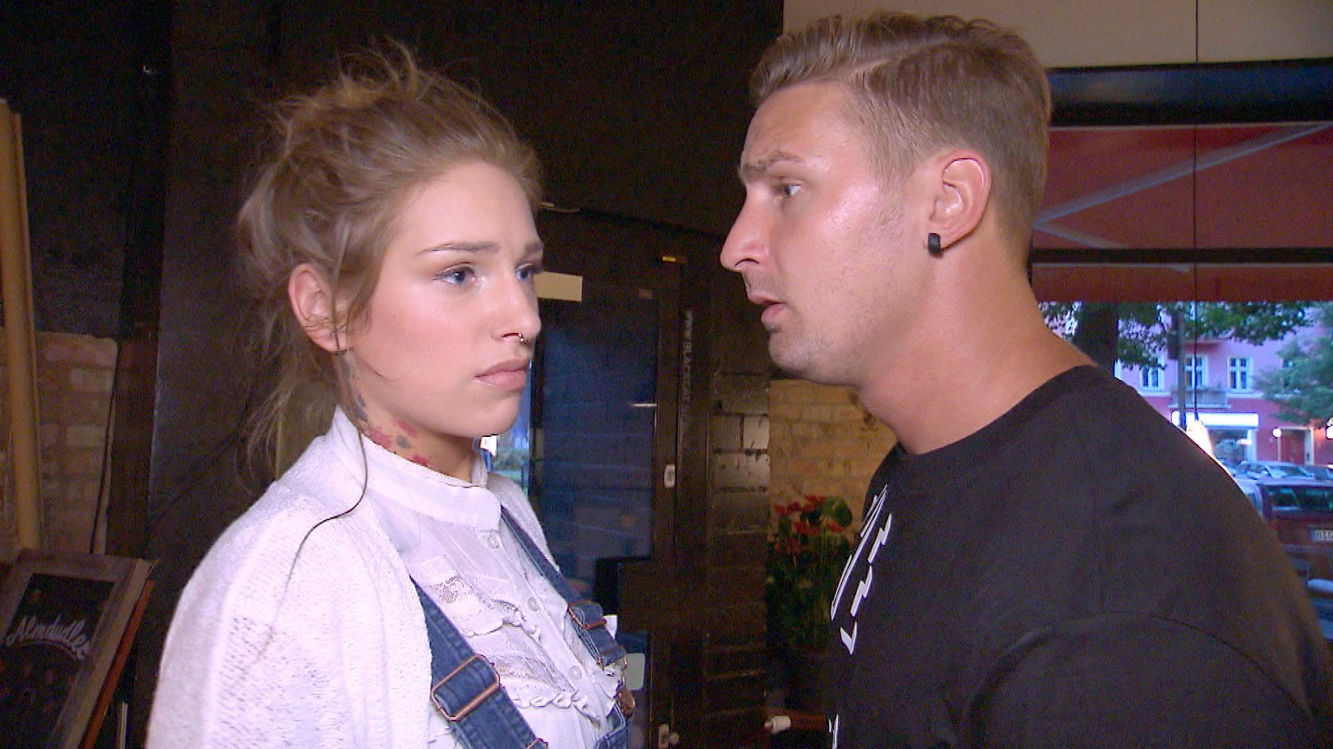 Milla (li.) ist am Boden zerstört, als sie erfährt, dass Caro vorerst nicht nach Berlin zurückkehren wird. Leon (re.) versucht sie zu trösten... (Quelle: RTL 2)