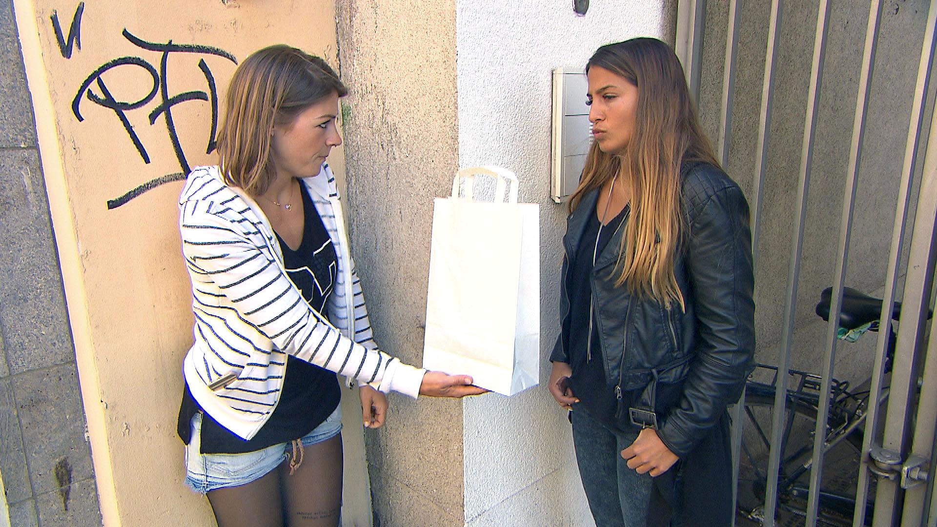 Alina (li.) wird von Alessia (re.) zu einer gemeinsamen Shopping-Tour überredet. Obwohl Alina eigentlich nicht auf Shopping steht, hat sie unerwartet viel Spaß und gibt die Heldin, als sie ein verloren geglaubtes Kleid für Alessia zurückerobert. (Quelle: RTL 2)