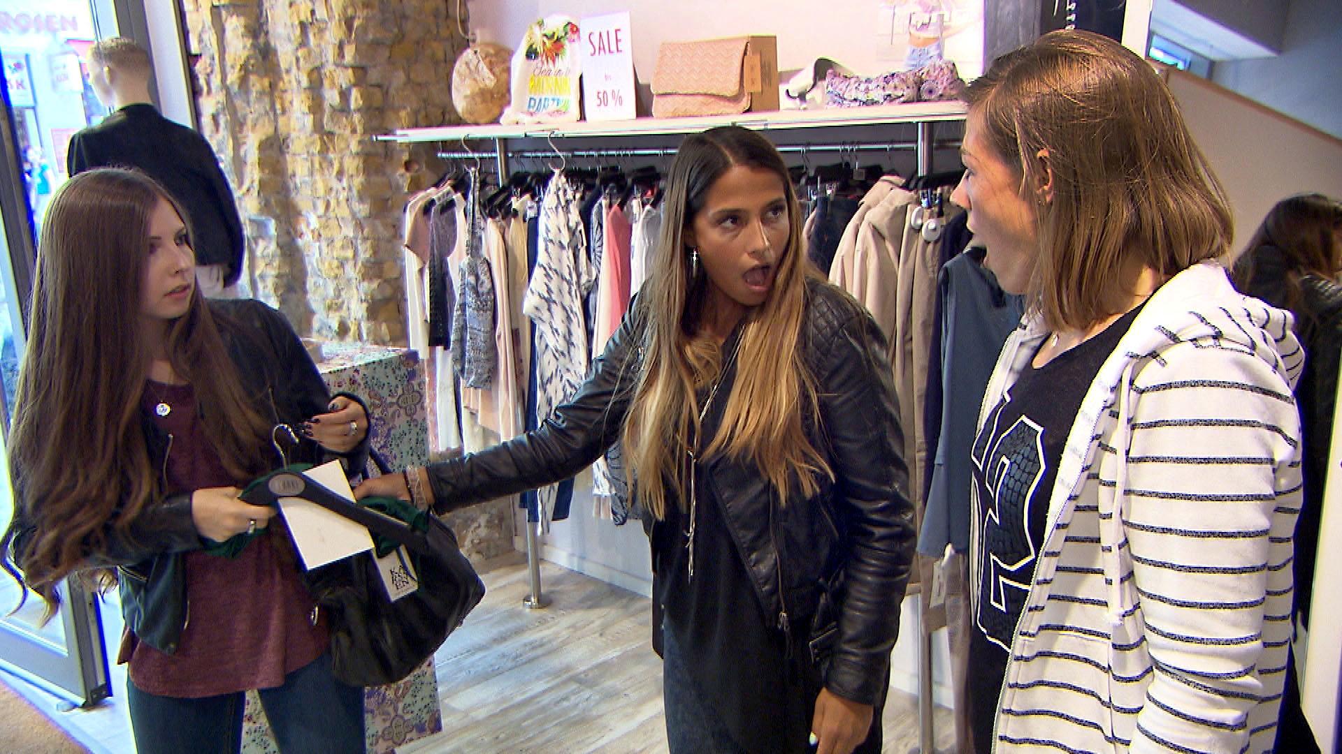 Alina (re.) steht eigentlich nicht auf Shopping. Sie hat aber unerwartet viel Spaß mit Alessia (mi.) und gibt die Heldin, als sie ein verloren geglaubtes Kleid für Alessia zurückerobert. (li. eine Kundin) (Quelle: RTL 2)