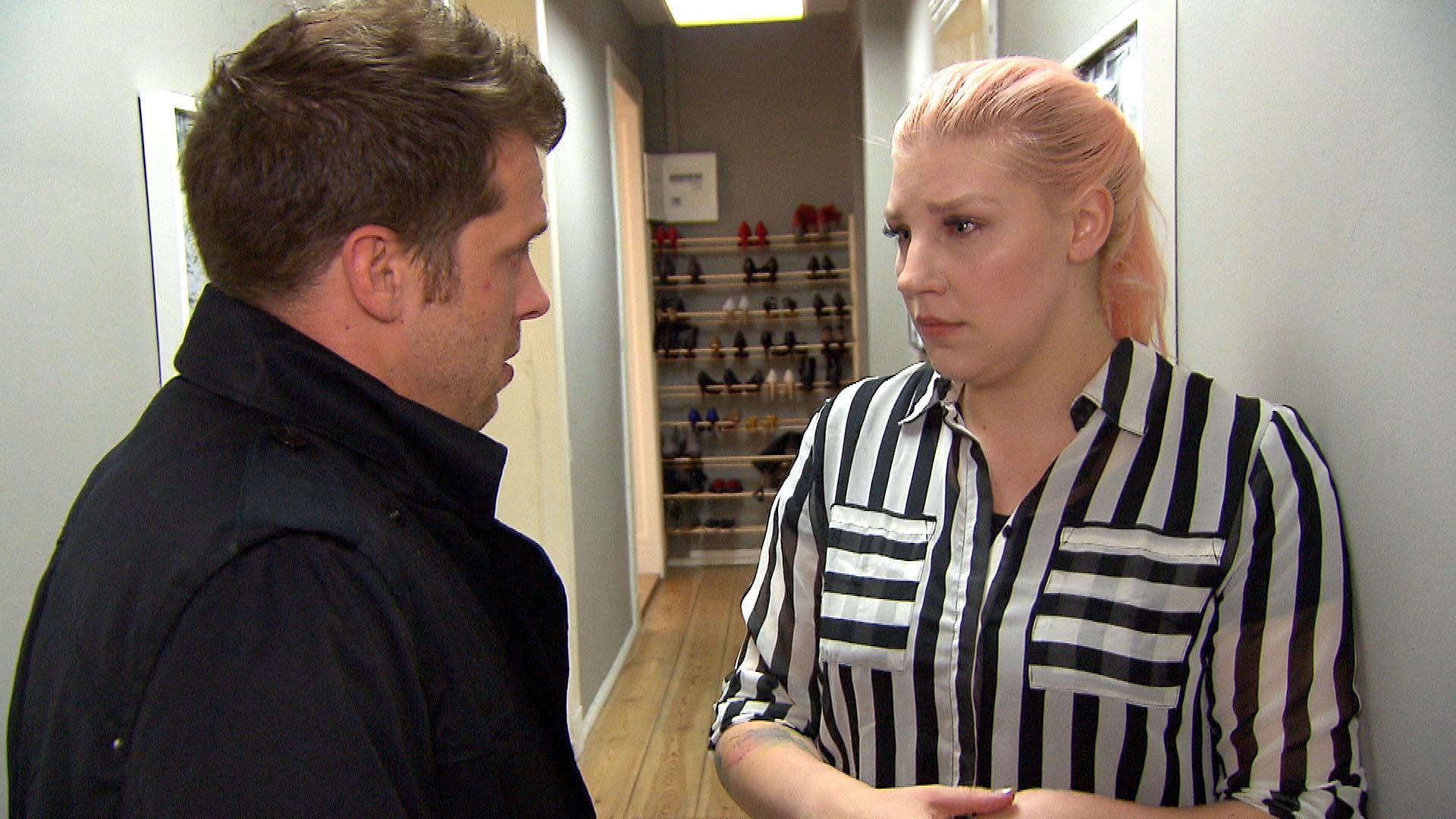 Basti (li.) kehrt niedergeschlagen zu Paula (re.) zurück. Sie schwört, dass sie nicht mit David geschlafen hat und dessen Brief eine Lüge war. (Quelle: RTL 2)