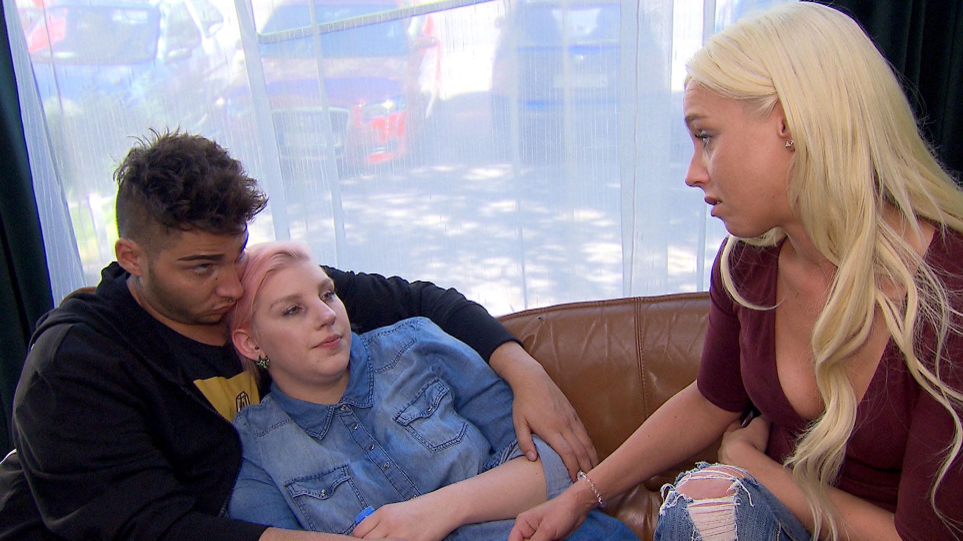 Rick (li.) und Peggy (re.) versuchen Paula (mi.) zu trösten... (Quelle: RTL 2)