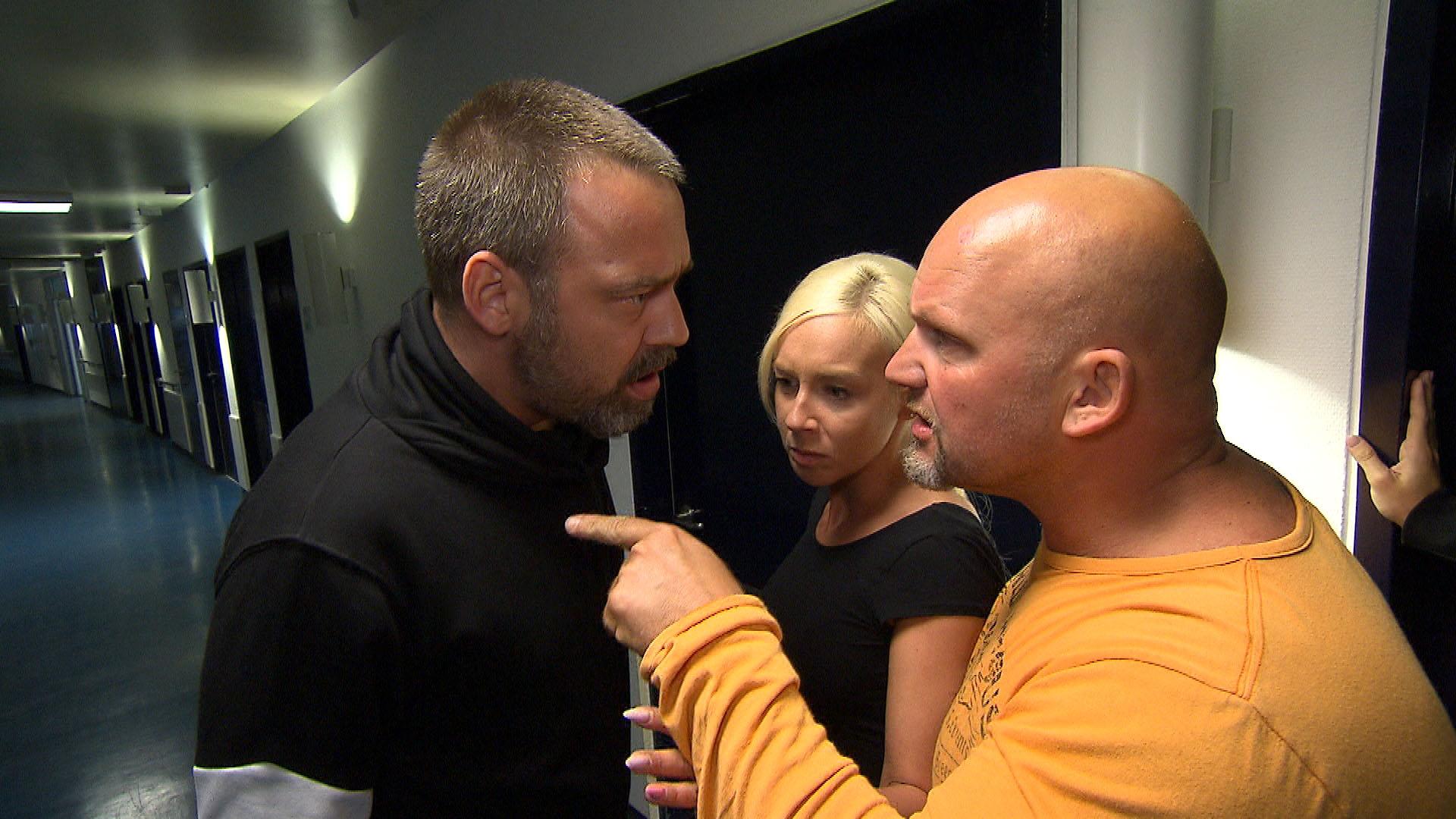 Peggy (mi) ist zutiefst schockiert, als sie am Morgen erfährt, was beim Gespräch zwischen Theo (li) und Inge passiert ist. Sie macht ihrem Freund bittere Vorwürfe... Foto re.: Joe (Quelle: RTL 2)