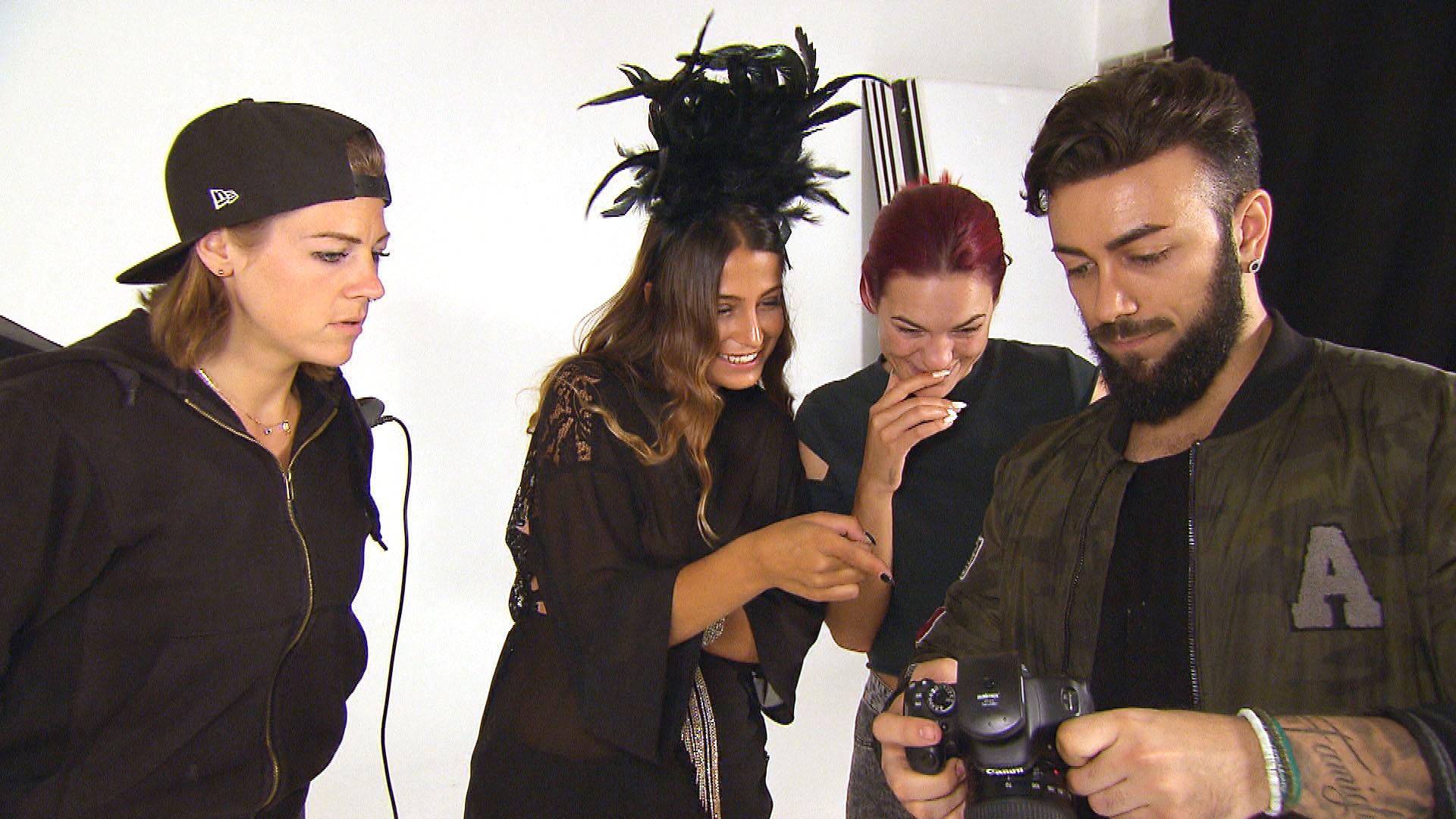 Alessia hat heute ihr lang ersehntes Fotoshooting. Foto v.li.: Alina, Alessia, Jessica, Fotograf (Quelle: RTL 2)