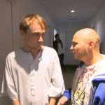 Schmidti (li.) ist nervös, da seine Beschneidung ansteht, die er vor Elif geheim gehalten hat. Sein Freund Krätze (re.) begleitet ihn... (Quelle: RTL 2)
