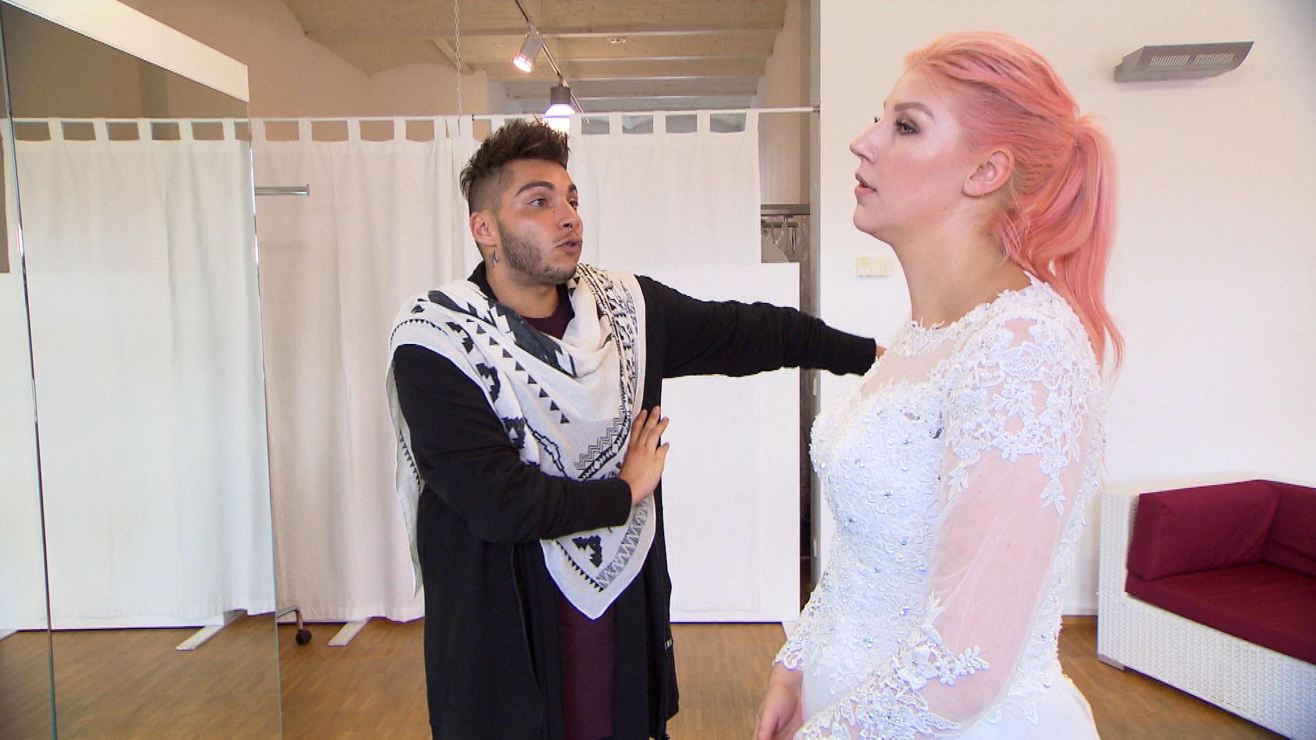 Paula ist hin und weg, als Rick ein Brautkleid entdeckt, das perfekt zu ihr passt. Obwohl das Kleid viel zu teuer für Paula ist, will Rick sie zum Kauf überreden. (Quelle: RTL 2)
