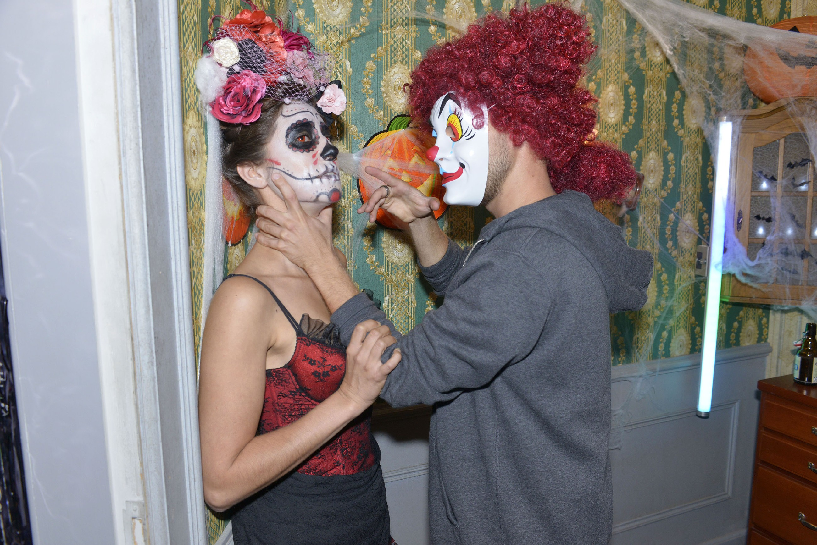 Elena (Elena Garcia Gerlach, l.) wird auf der Halloweenparty von Kai (Jonas Kim Lauenstein) bedroht....