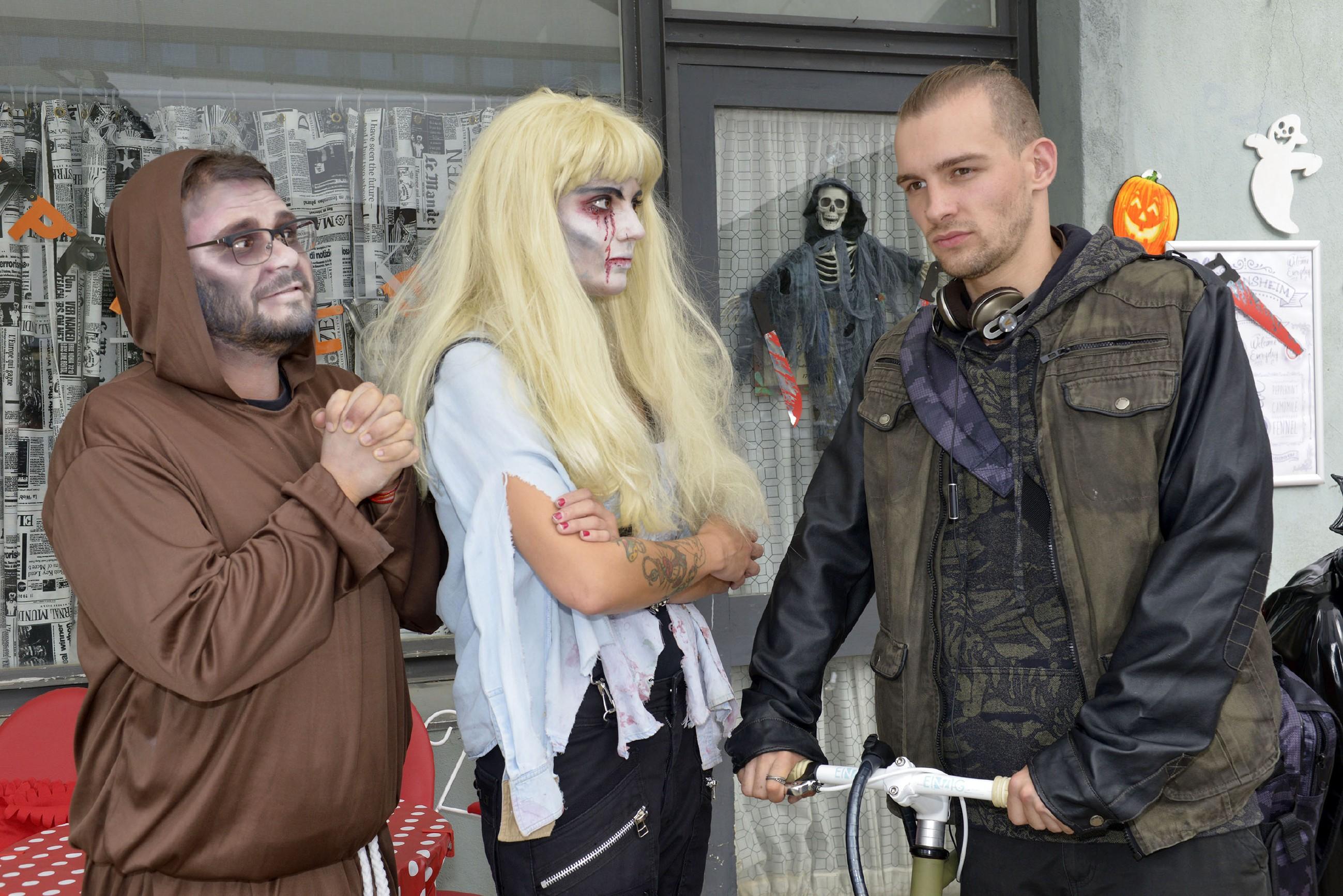 Auf dem Weg zu der Halloweenparty treffen Tuner (Thomas Drechsel, l.) und Anni (Linda Marlen Runge) auf Chris (Eric Stehfest), dem Anni ihre Beziehung zu seiner Mutter Rosa zu erklären versucht.