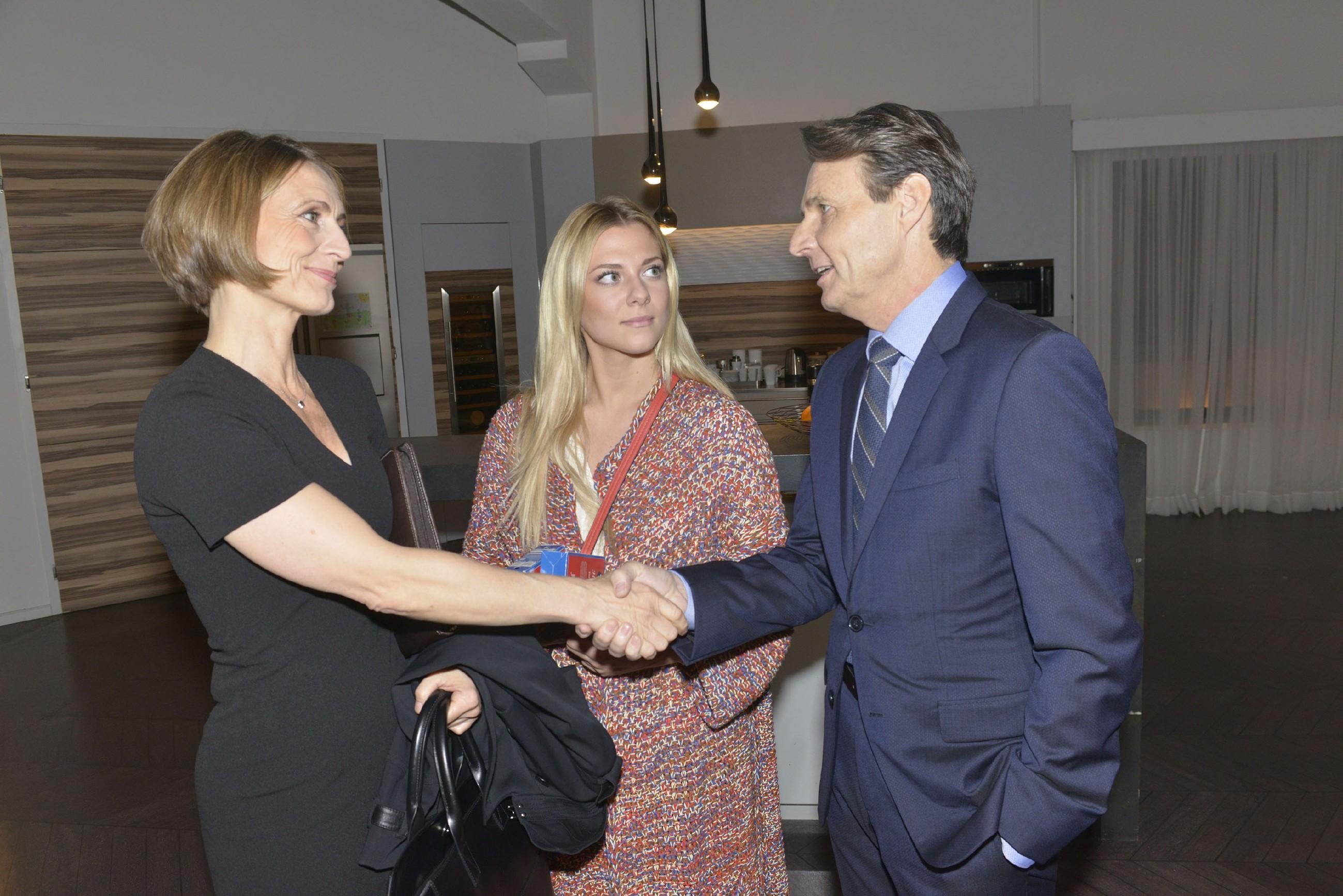 Jo Gerner (Wolfgang Bahro) versucht seinen geplanten Deal mit Rosa (Joana Schümer, l.) vor Sunny (Valentina Pahde) zu verheimlichen, doch die bekommt Wind davon...