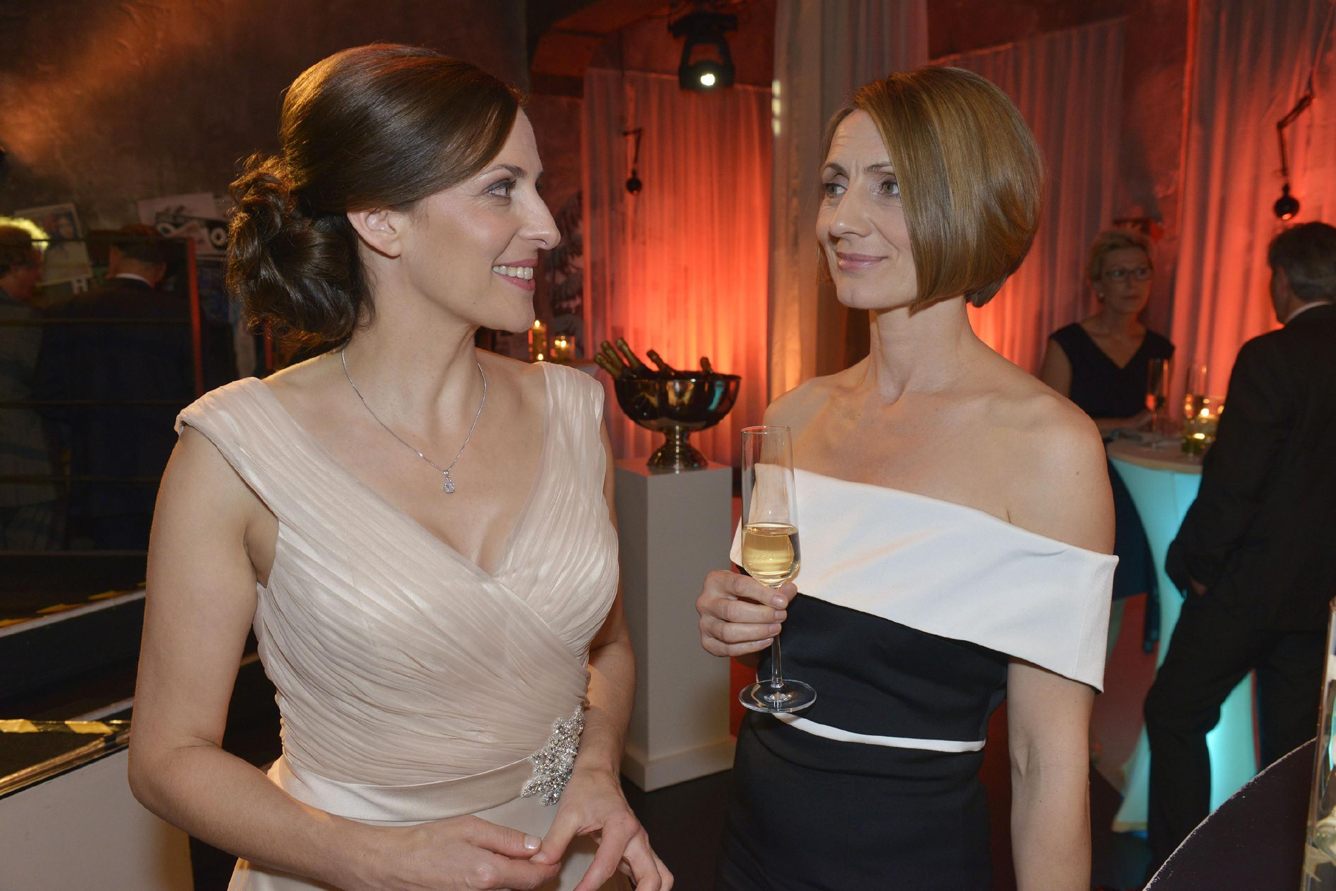 Katrin (Ulrike Frank, l.) versucht die Absage der Hochzeit vor Rosa (Joana Schümer) zu rechtfertigen.