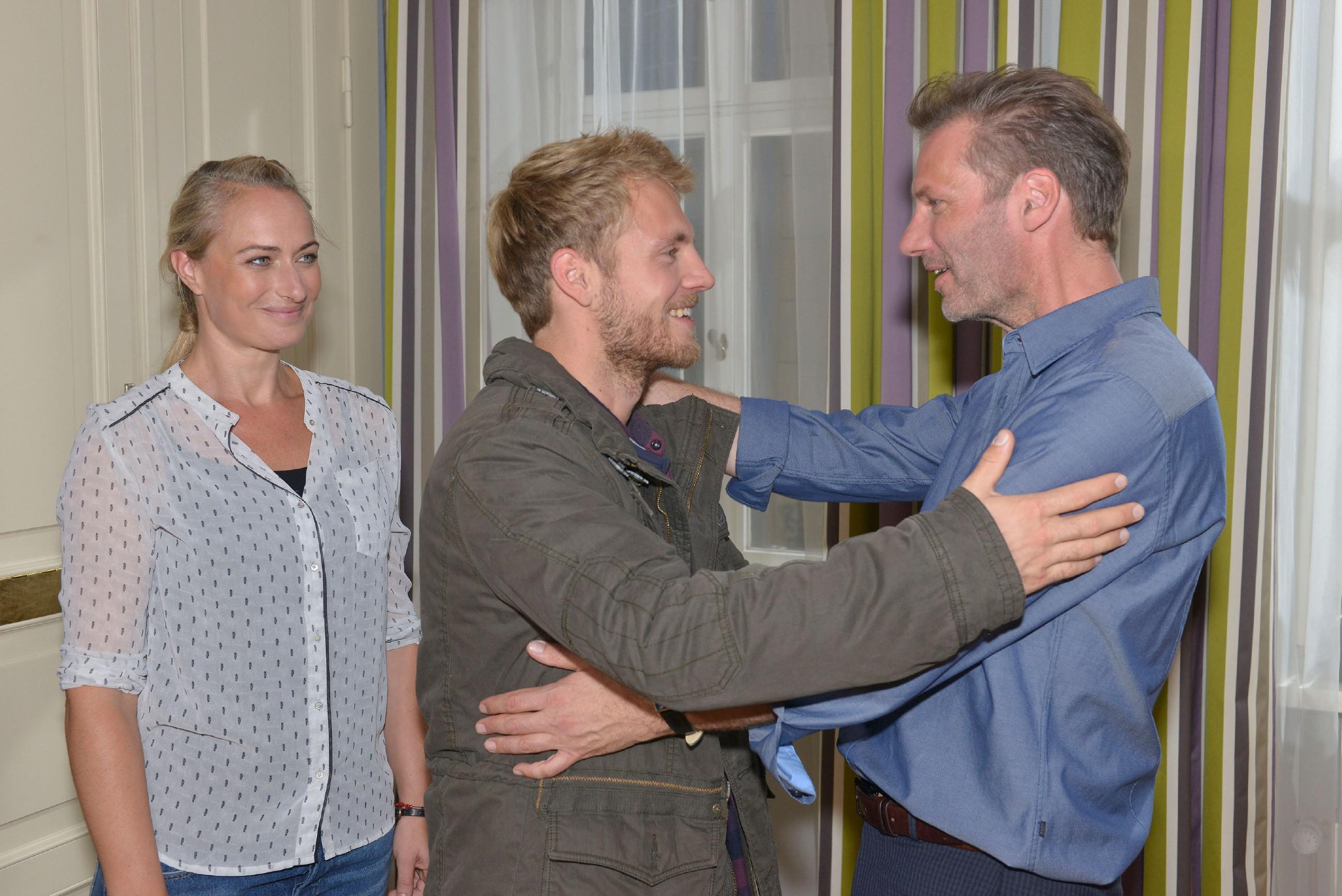 Alexander (Clemens Löhr, r.) und Maren (Eva Mona Rodekirchen) freuen sich als Paul (Niklas Osterloh), der Patensohn von Alexander zu Besuch kommt.
