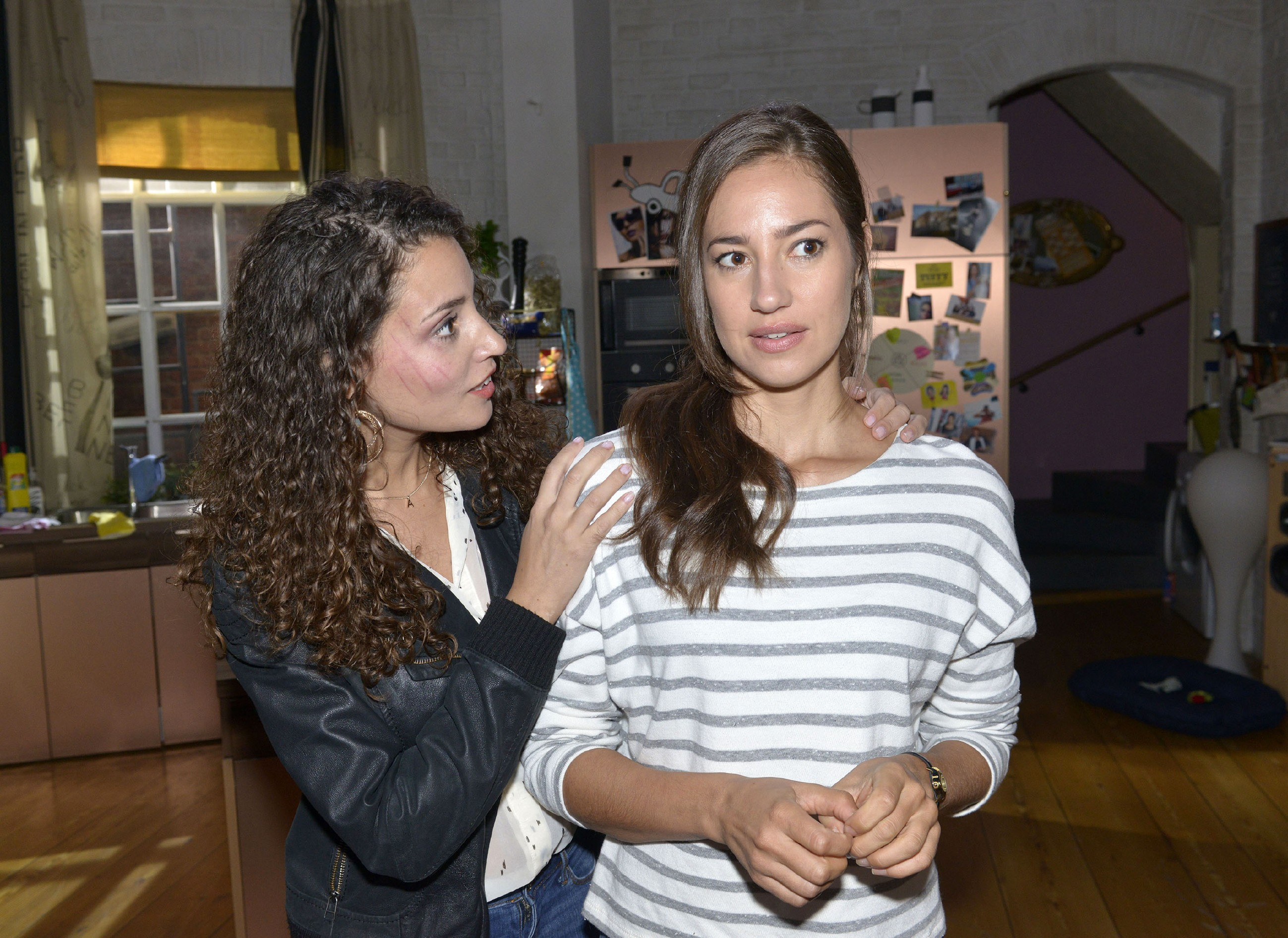Ayla (Nadine Menz, l.) ermutigt Elena (Elena Garcia Gerlach), Philip die Wahrheit zu sagen.