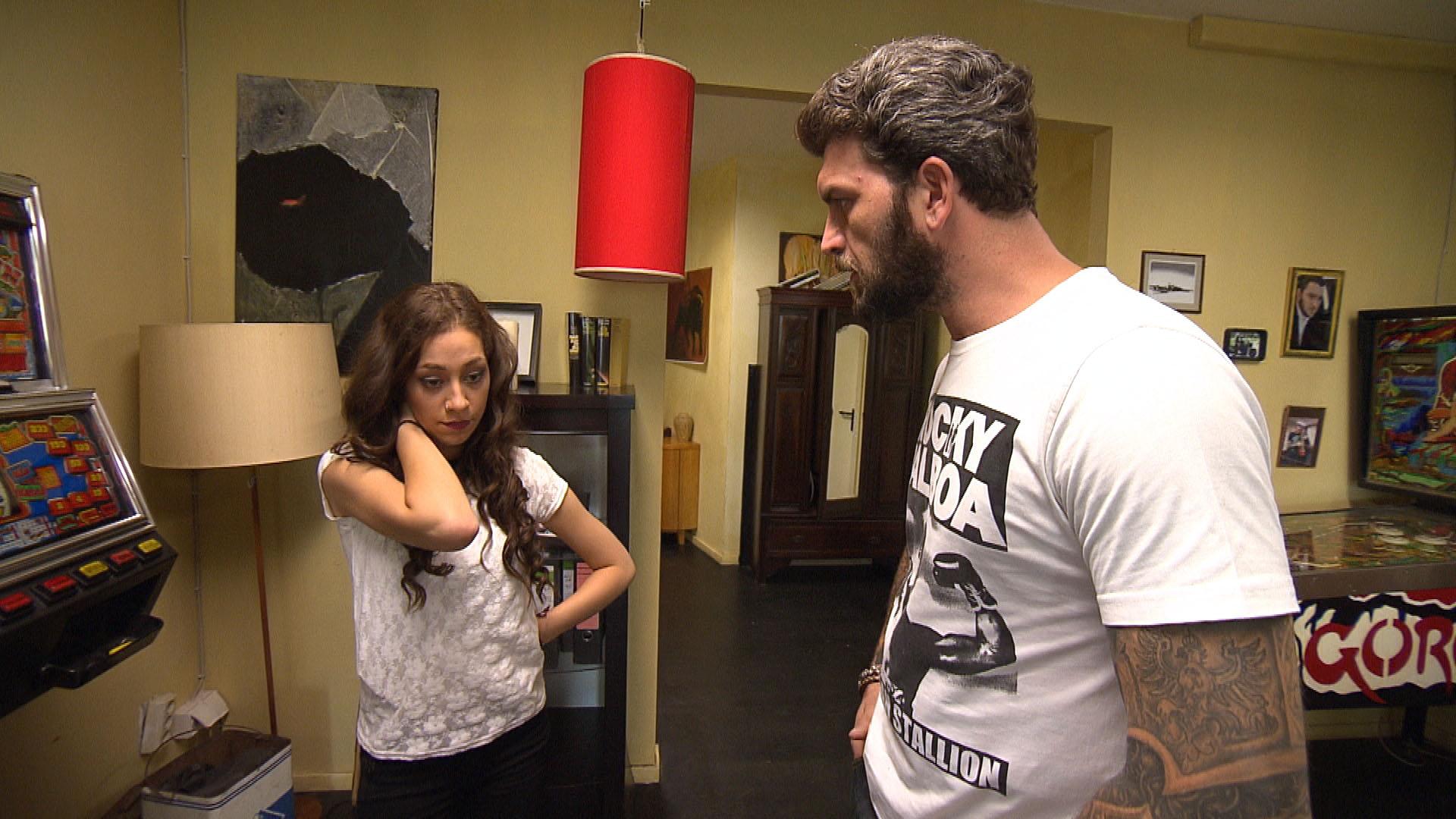 Alex (re.) schafft es nicht, Elli (li.) davon abzubringen, ihre Aussage gegen Marek zurückzuziehen. (Quelle: RTL 2)