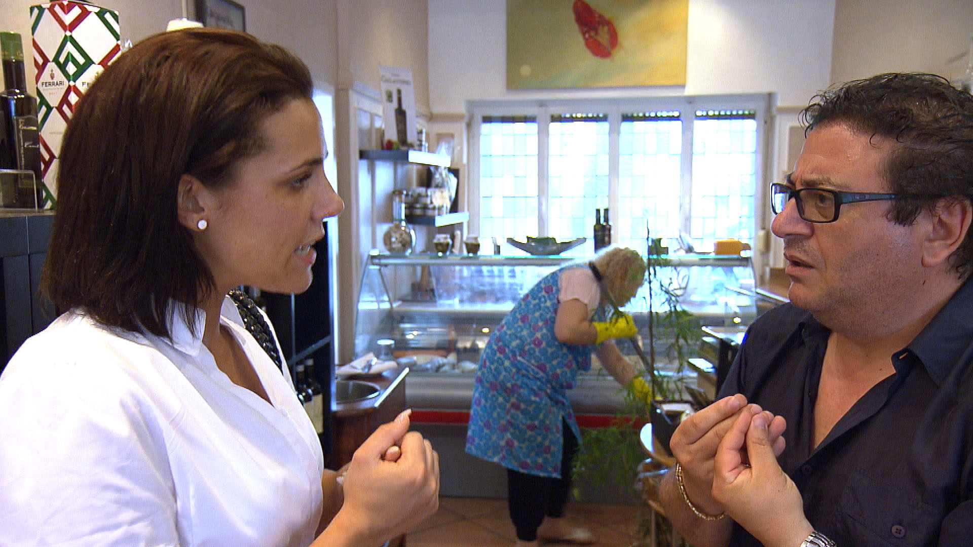 Als Francesco (re.) aus der Reha zurückkehrt, hat Sophia (li.) große Mühe, ihn mit den vielen Änderungen im Restaurant vertraut zu machen. (Quelle: RTL 2)