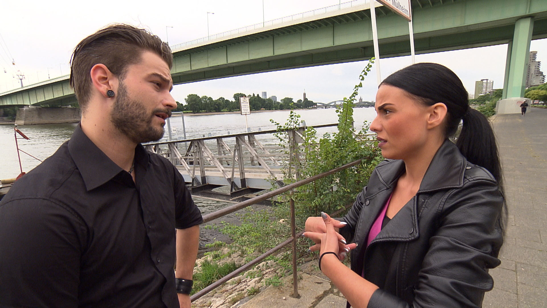 Dana (re.) wird schon morgens von Nico (li.) überrascht, der betrunken mit ihr reden will. (Quelle: RTL 2)