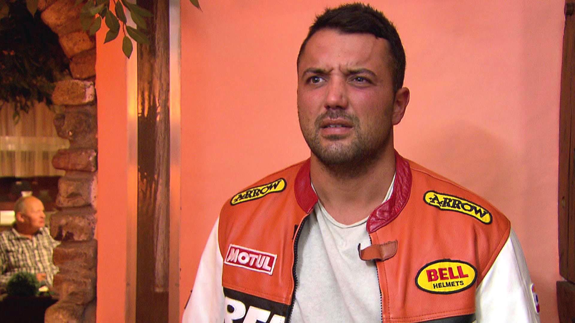 Manu (Bild) muss ständig an den Streit mit Sam denken und freut sich daher auf den Motorradausflug mit Jack und Alex. (Quelle: RTL 2)
