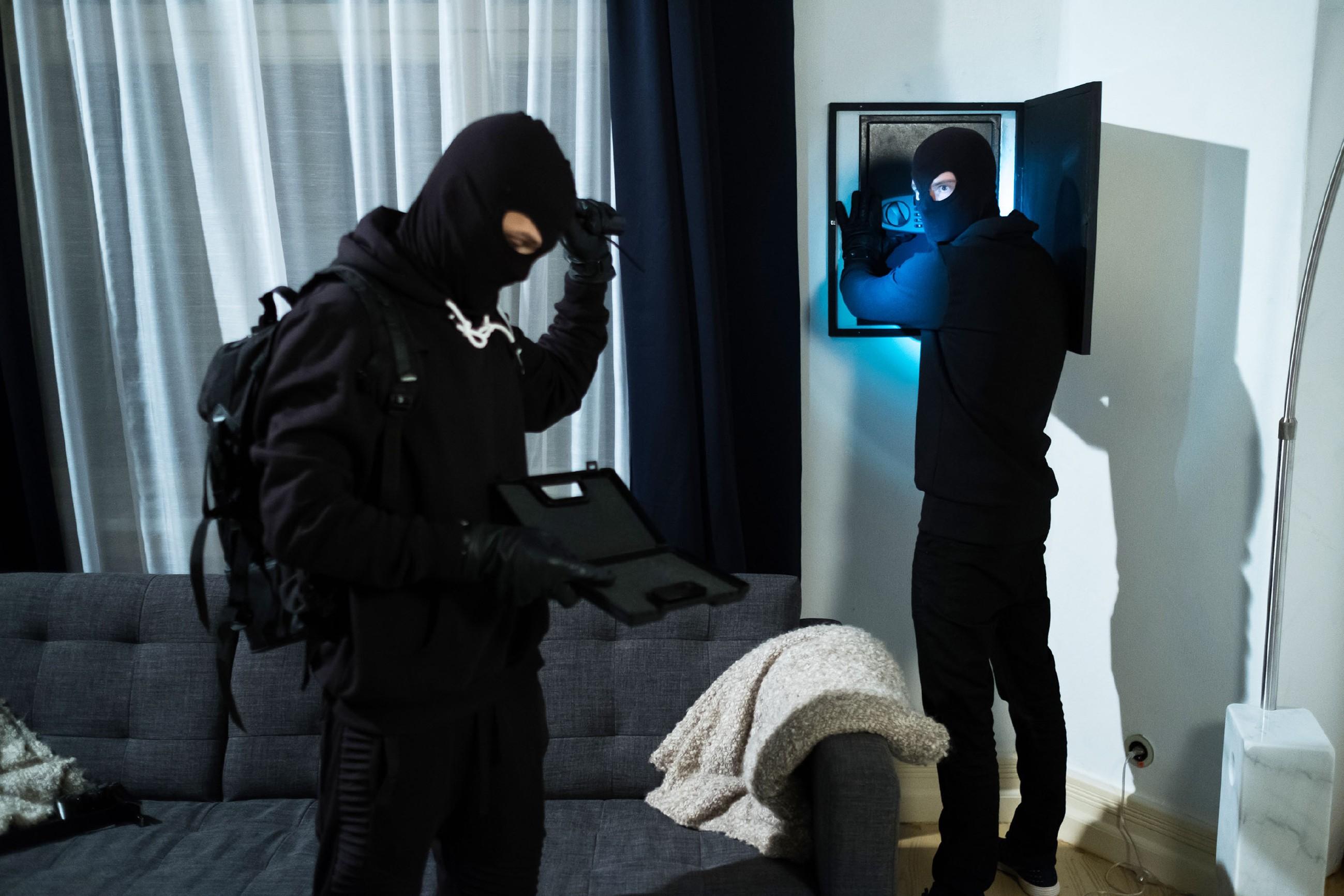 Als Valentin (Aaron Koszuta, r.) und Mario (Arne Rudolf) bei Hubers einbrechen, stellen sie erschrocken fest, dass Benedikt seine Waffe mitgenommen hat. (Quelle: RTL / Stefan Behrens)