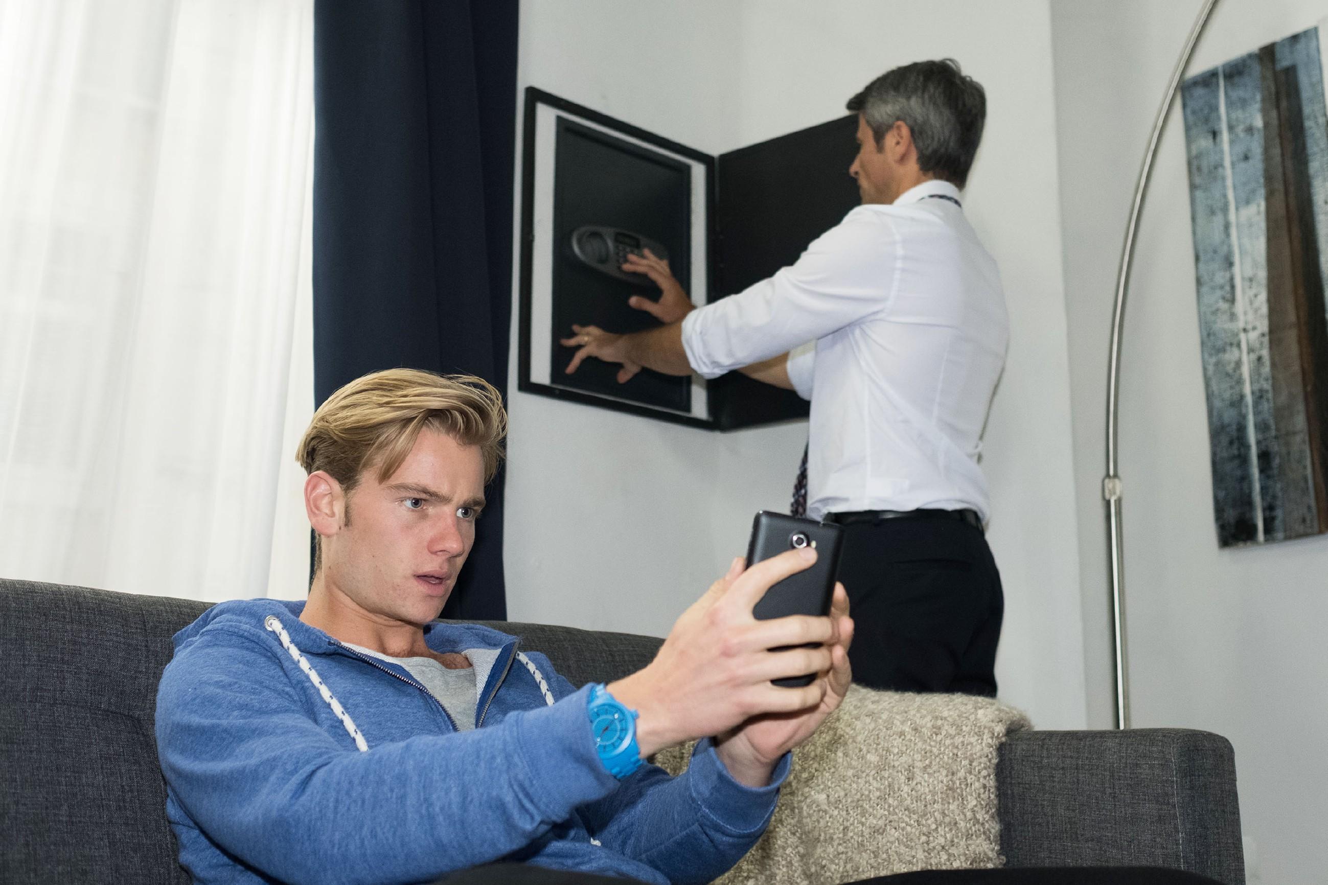 Valentin (Aaron Koszuta, l.) versucht mit einem Trick an die Safe-Kombination seines Vaters Benedikt (Jens Hajek) kommen. (Quelle: RTL / Stefan Behrens)