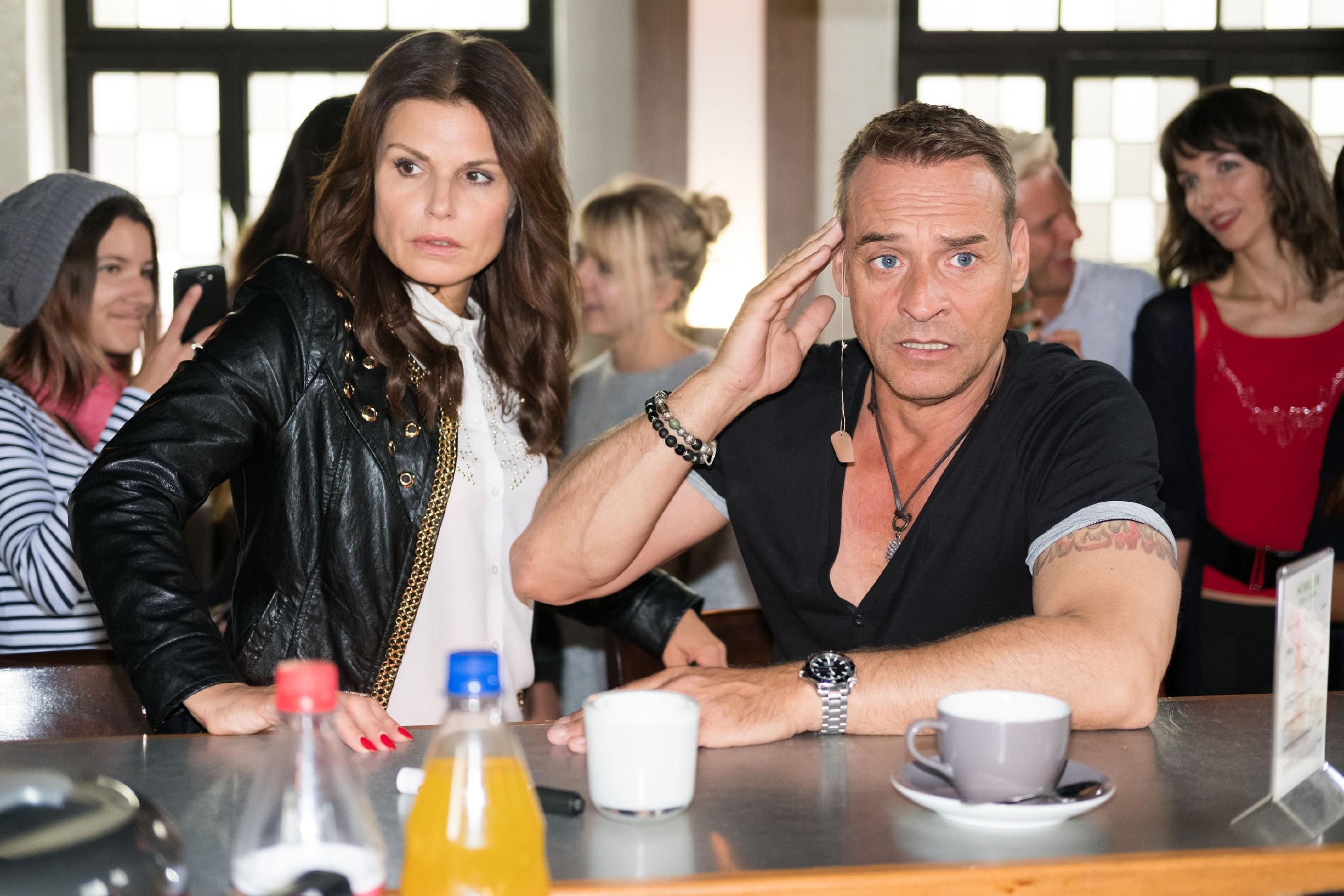 Britta (Tabea Heynig) ist fassungslos, als sich bei Rufus (Kai Noll) das Gesichtslifting löst und er sich vor den Fans blamiert. (Quelle: RTL / Stefan Behrens)
