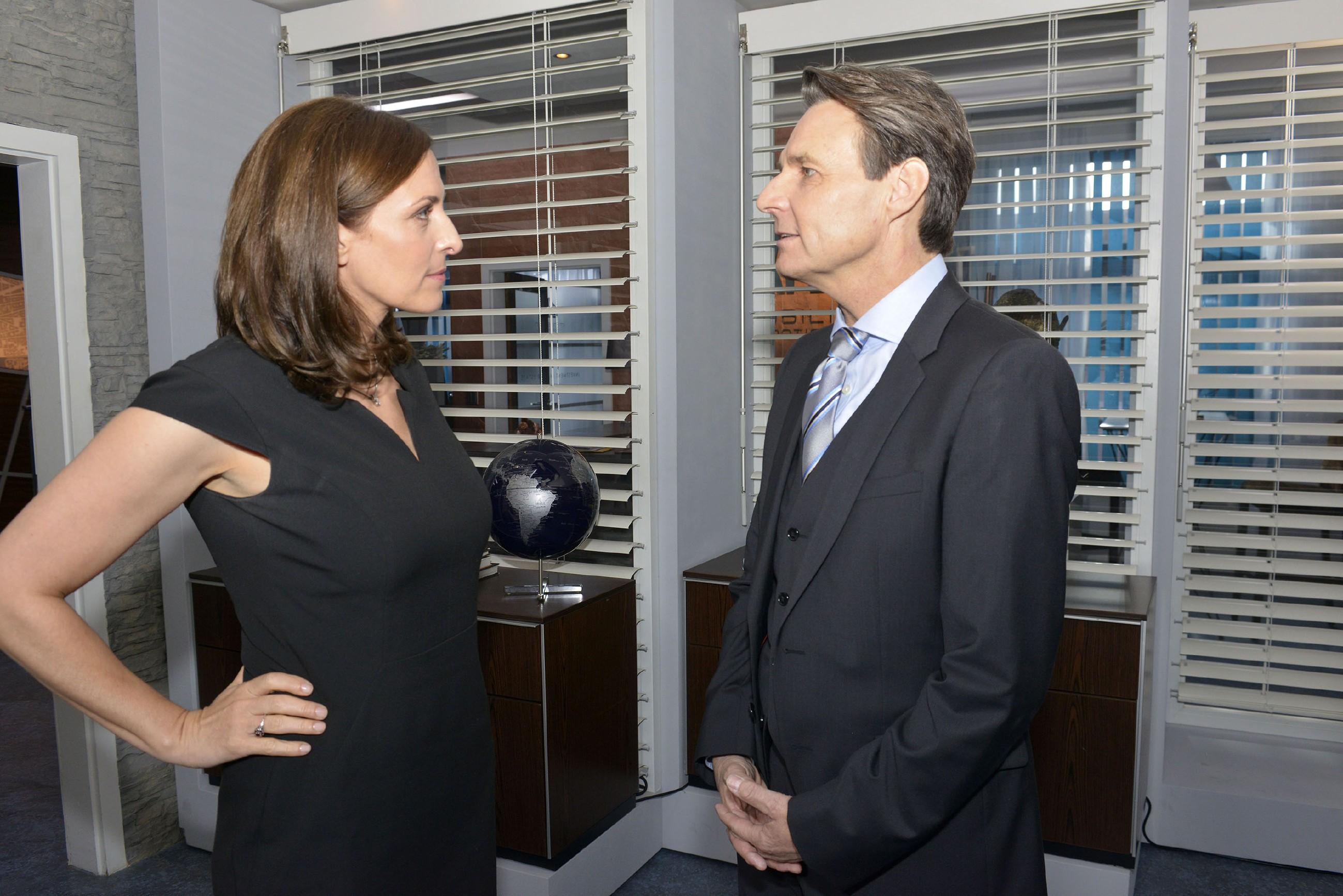Katrin (Ulrike Frank) und Gerner (Wolfgang Bahro) machen sich gegenseitig eine Kampfansage. (Quelle: RTL / Rolf Baumgartner)