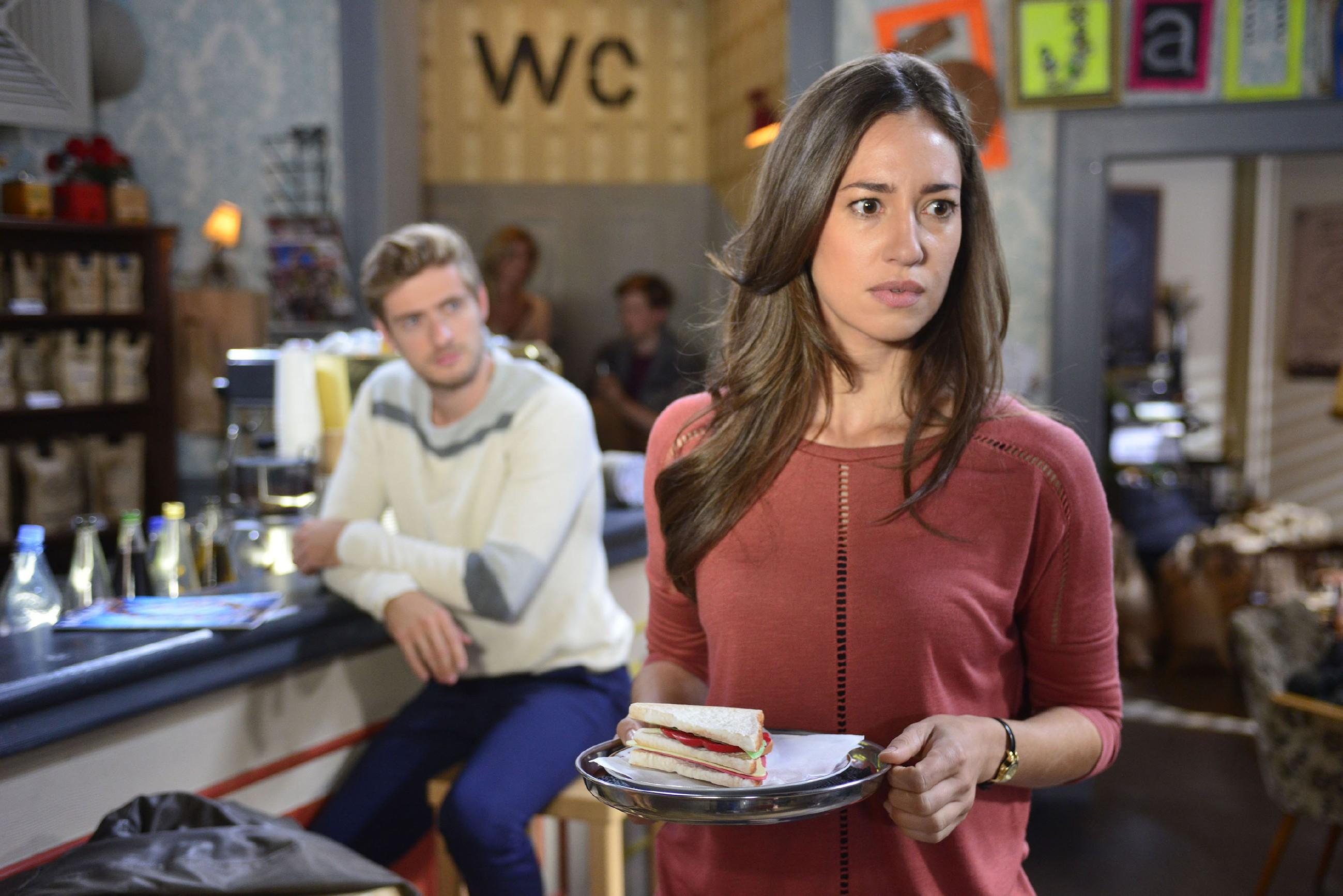 Elena (Elena Garcia Gerlach) wird angesichts des ahnungslosen Philip (Jörn Schlönvoigt) von ihrem schlechten Gewissen geplagt. (Quelle: RTL / Rolf Baumgartner)