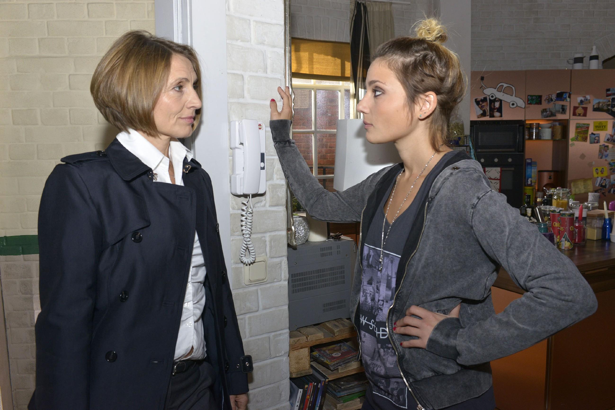 Rosa (Joana Schümer, l.) und Anni (Linda Marlen Runge) geraten über ihre verschiedenen Ansichten in Streit und beschließen, getrennte Wege zu gehen. (Quelle: RTL / Rolf Baumgartner)