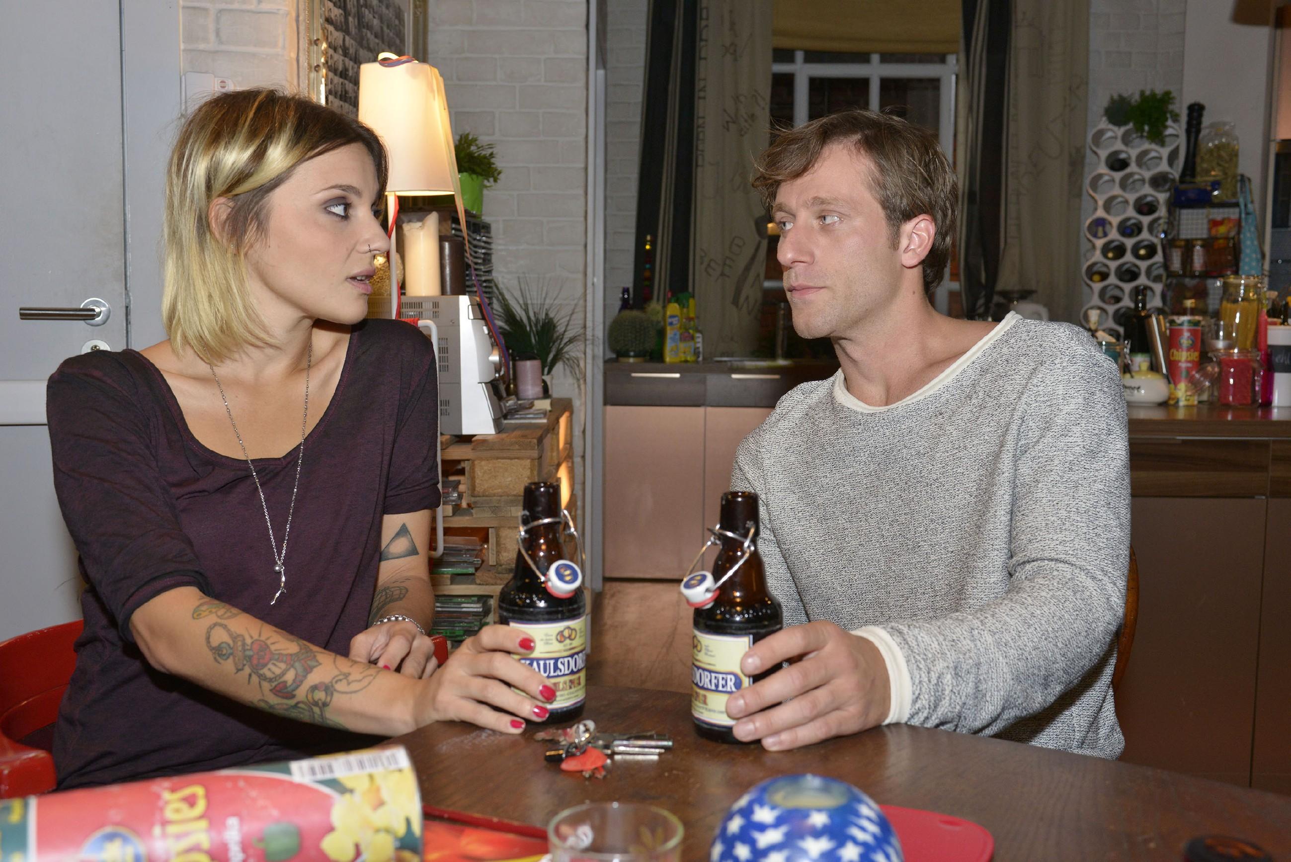 Anni (Linda Marlen Runge) und Bommel (Merlin Leonhardt) sind der Ansicht, dass Katrin sich gegen Gerner wehren sollte. (Quelle: RTL / Rolf Baumgartner)