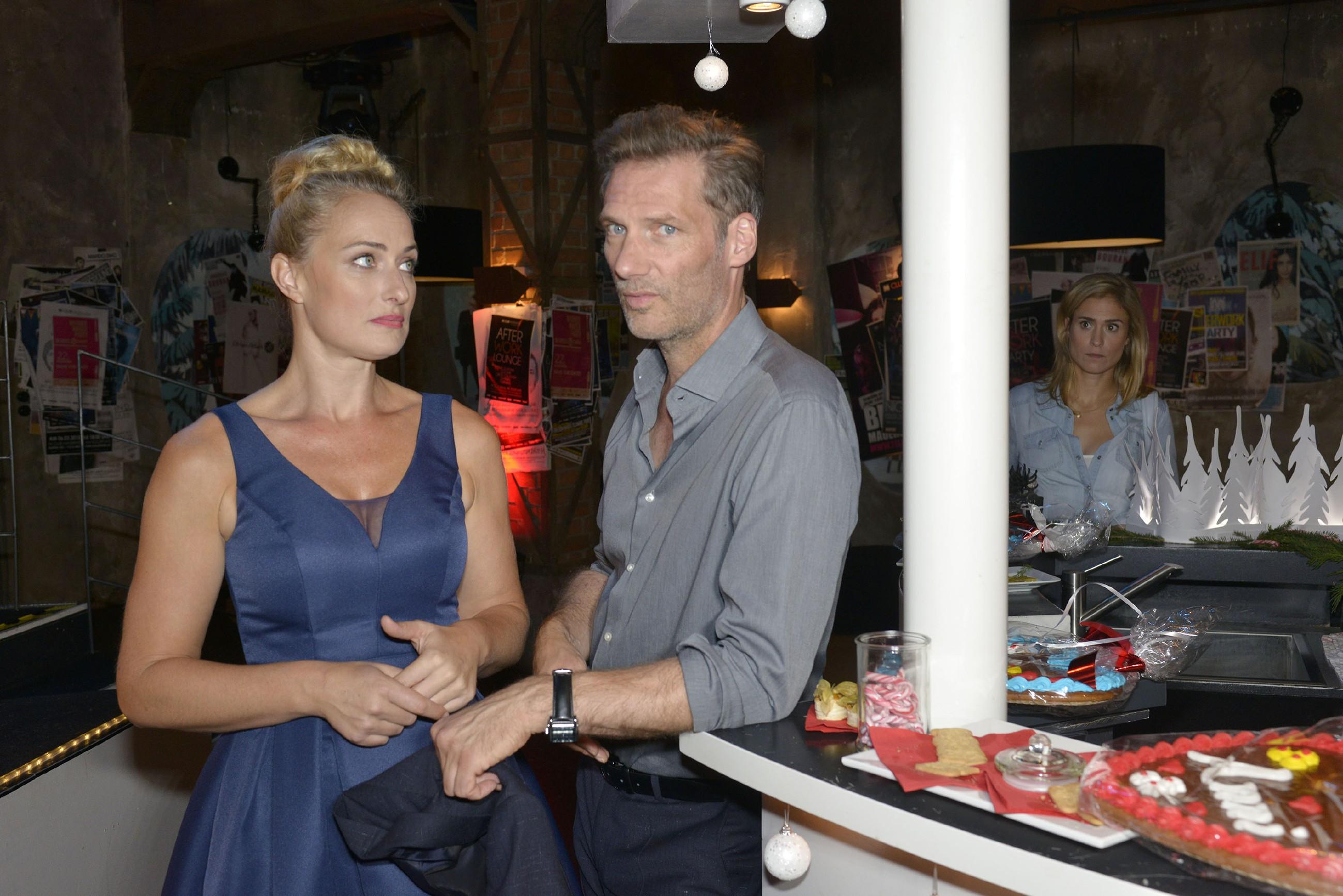 Maren (Eva Mona Rodekirchen, l.) und Alexander (Clemens Löhr) hoffen, dass Sophie (Lea Marlen Woitack, hinten) bald wieder positiver in die Zukunft schauen kann. (Quelle: RTL / Rolf Baumgartner)