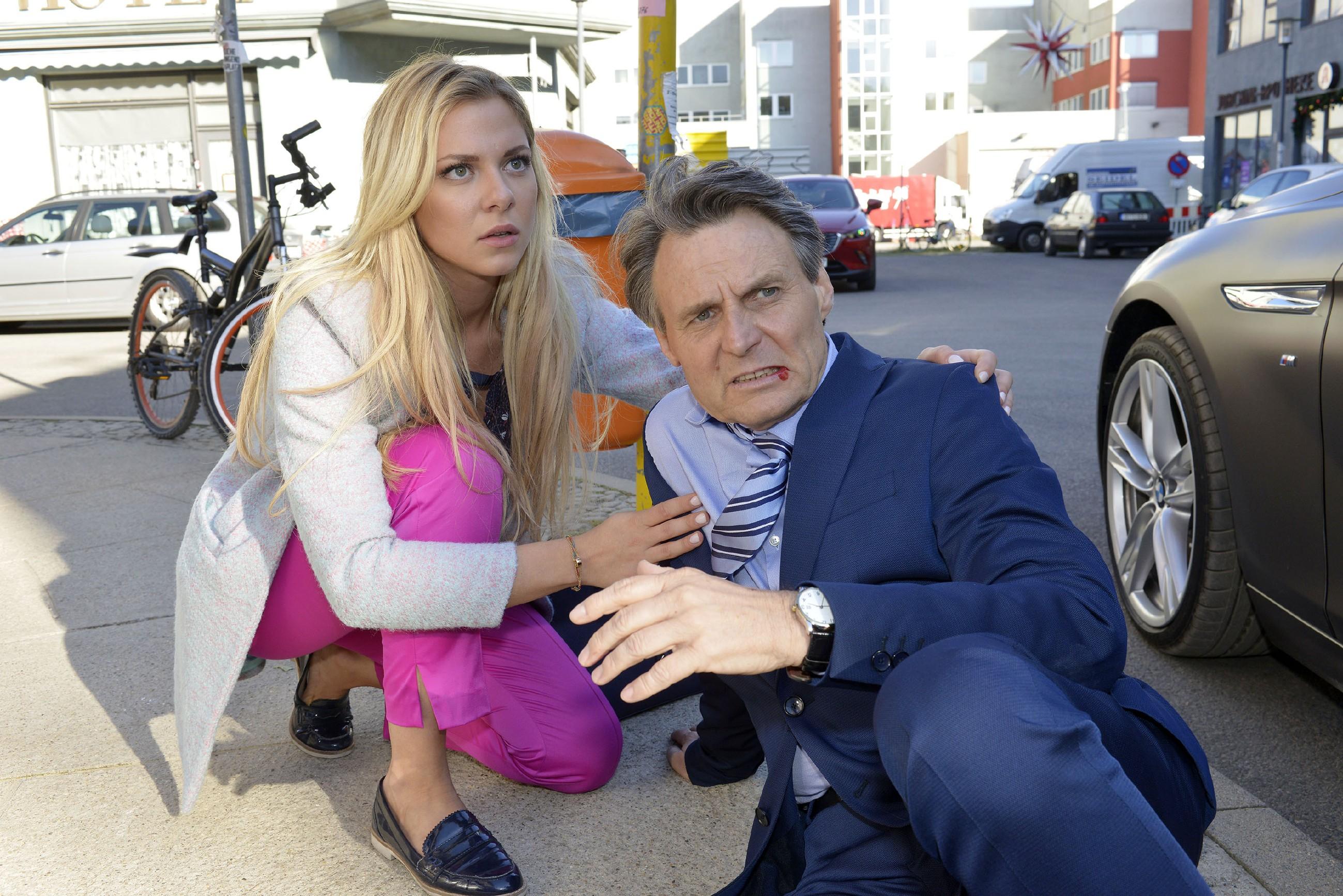 Sunny (Valentina Pahde) kümmert sich um Gerner (Wolfgang Bahro), der von David niedergeschlagen wurde. (Quelle: RTL / Rolf Baumgartner)