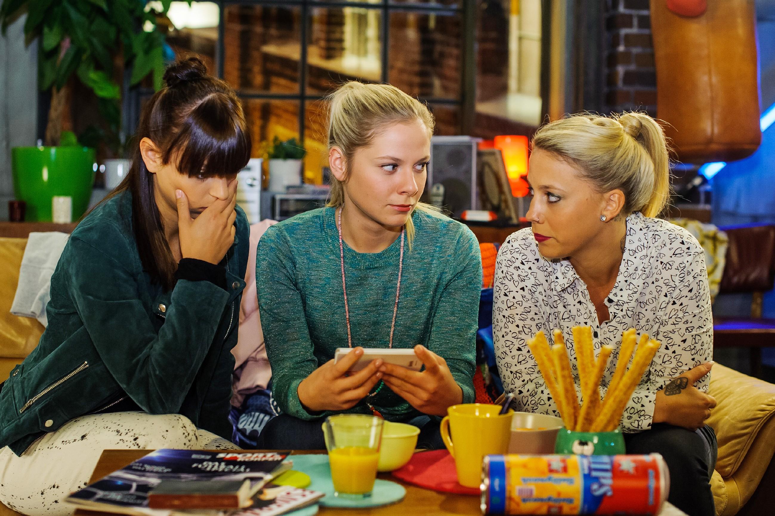 Michelle (Franziska Benz, l.), Marie (Cheyenne Pahde, M.) und Iva (Christina Klein) müssen feststellen, dass sie Jenny mit der Laptop-Aktion nur noch mehr provoziert haben. (Quelle: RTL / Julia Feldhagen)