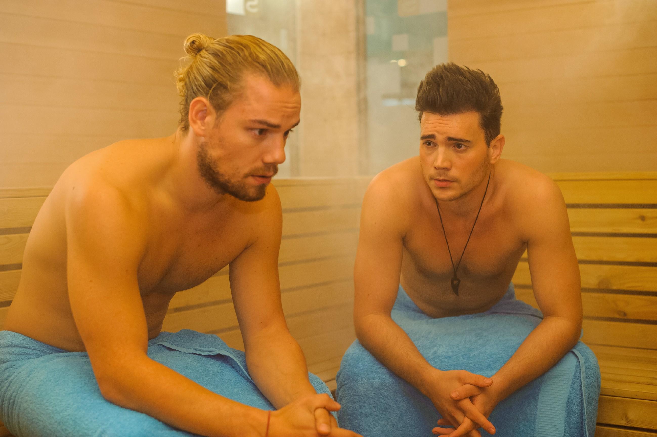 Ronny (Bela Klentze, r.) nutzt in der Sauna die Gelegenheit, sich bei Leo (Julian Bayer) Tipps im Umgang mit Michelle zu holen. (Quelle: RTL / Julia Feldhagen)