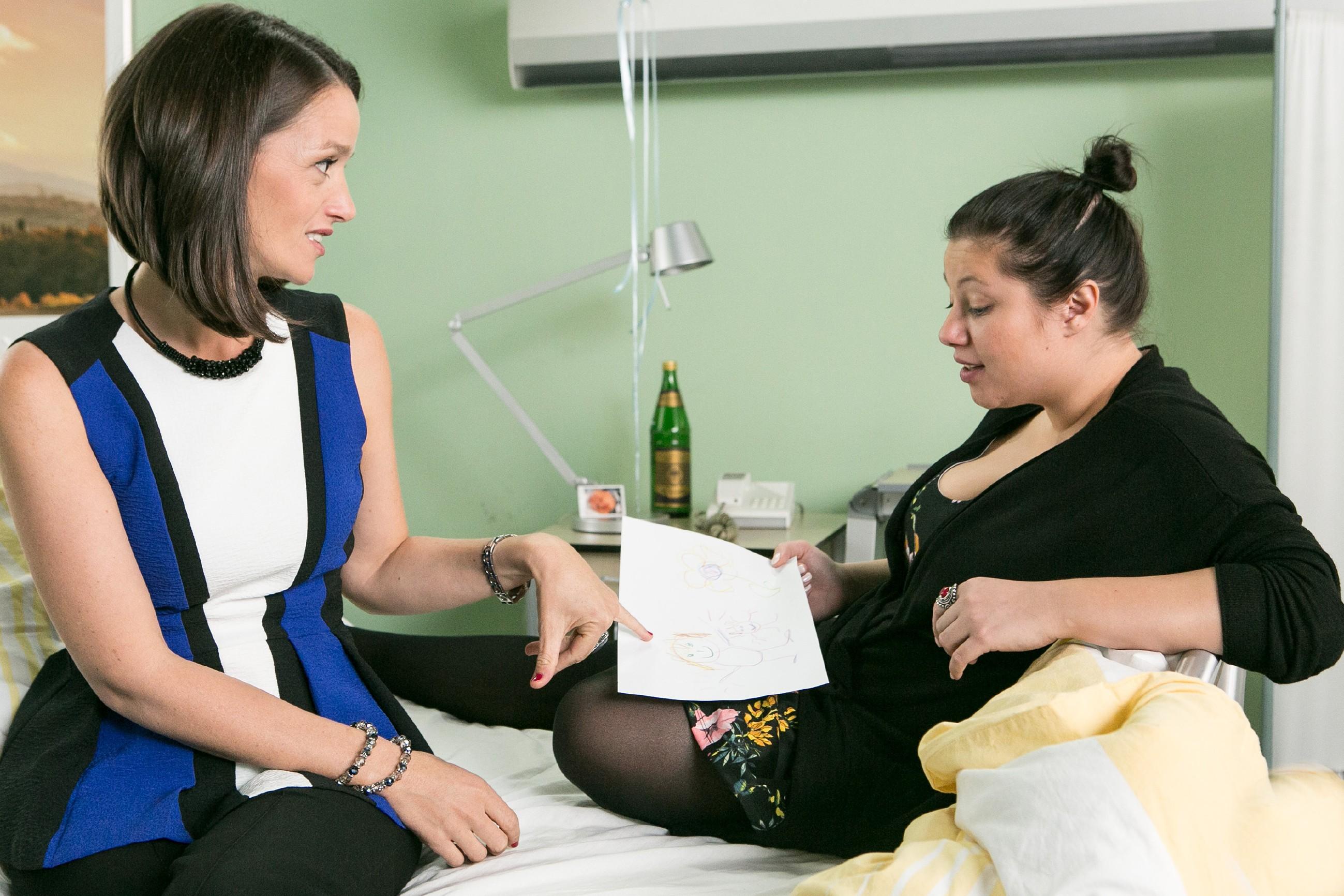 Jenny (Kaja Schmidt-Tychsen, l.) wird im Gespräch mit Vanessa (Julia Augustin) unwohl klar, das Simone von ihrem Schachzug erfahren wird. (Quelle: RTL / Kai Schulz)