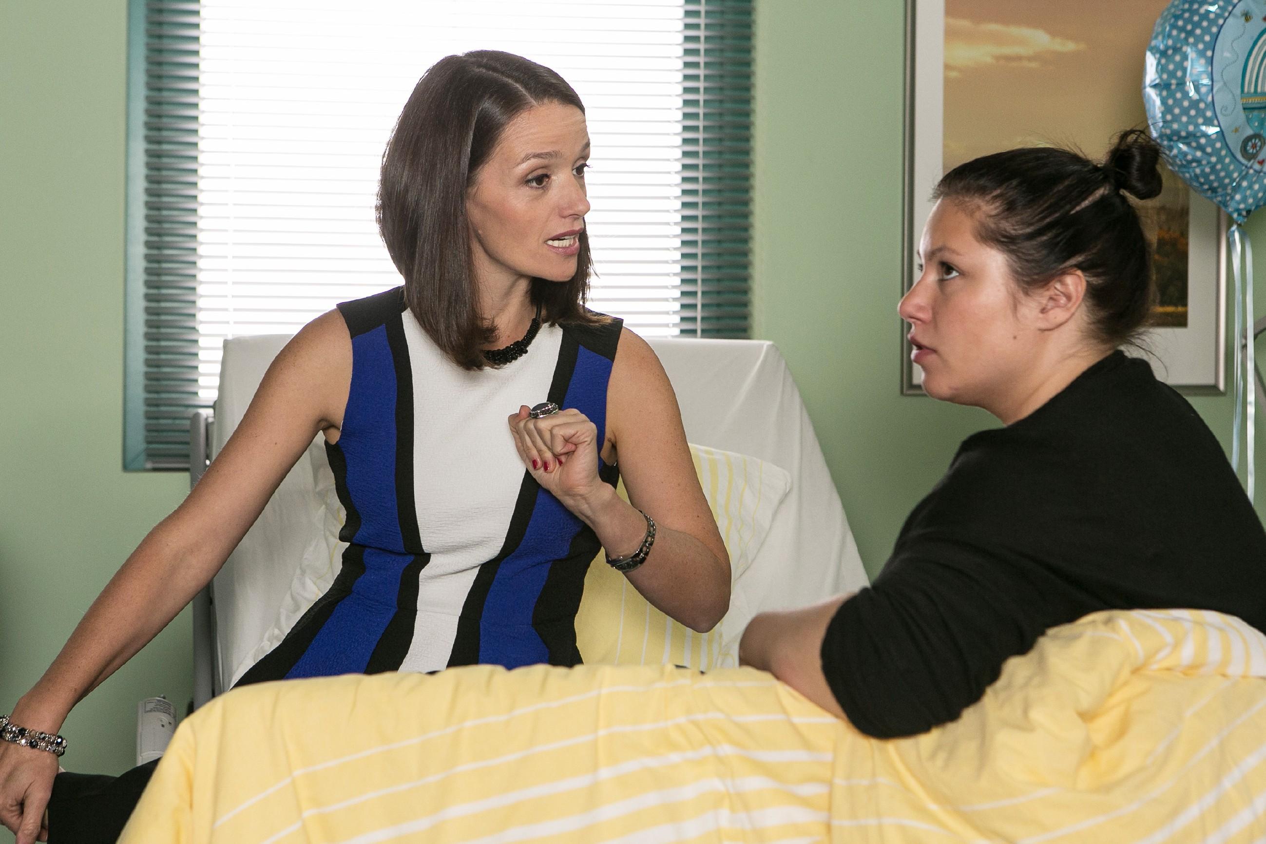 Jenny (Kaja Schmidt-Tychsen, l.) lässt sich von Vanessa (Julia Augustin), nicht zum Einlenken bezüglich Simone bewegen. (Quelle: RTL / Kai Schulz)