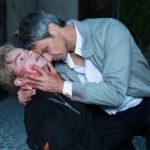 Traumsequenz: Benedikt (Jens Hajek) träumt, dass er seinen Sohn Valentin (Aaron Koszuta) erschossen hat... (Quelle: RTL / Stefan Behrens)
