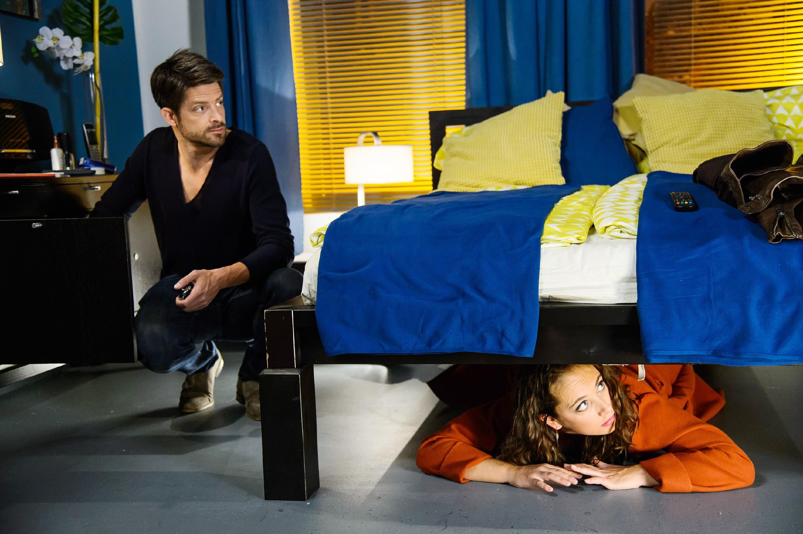 Carmen (Heike Warmuth) bringt sich in eine ausweglose Situation, als sie von Vincent (Daniel Buder) beim Schnüffeln in seinem Hotelzimmer überrascht wird... (Quelle: RTL / Willi Weber)