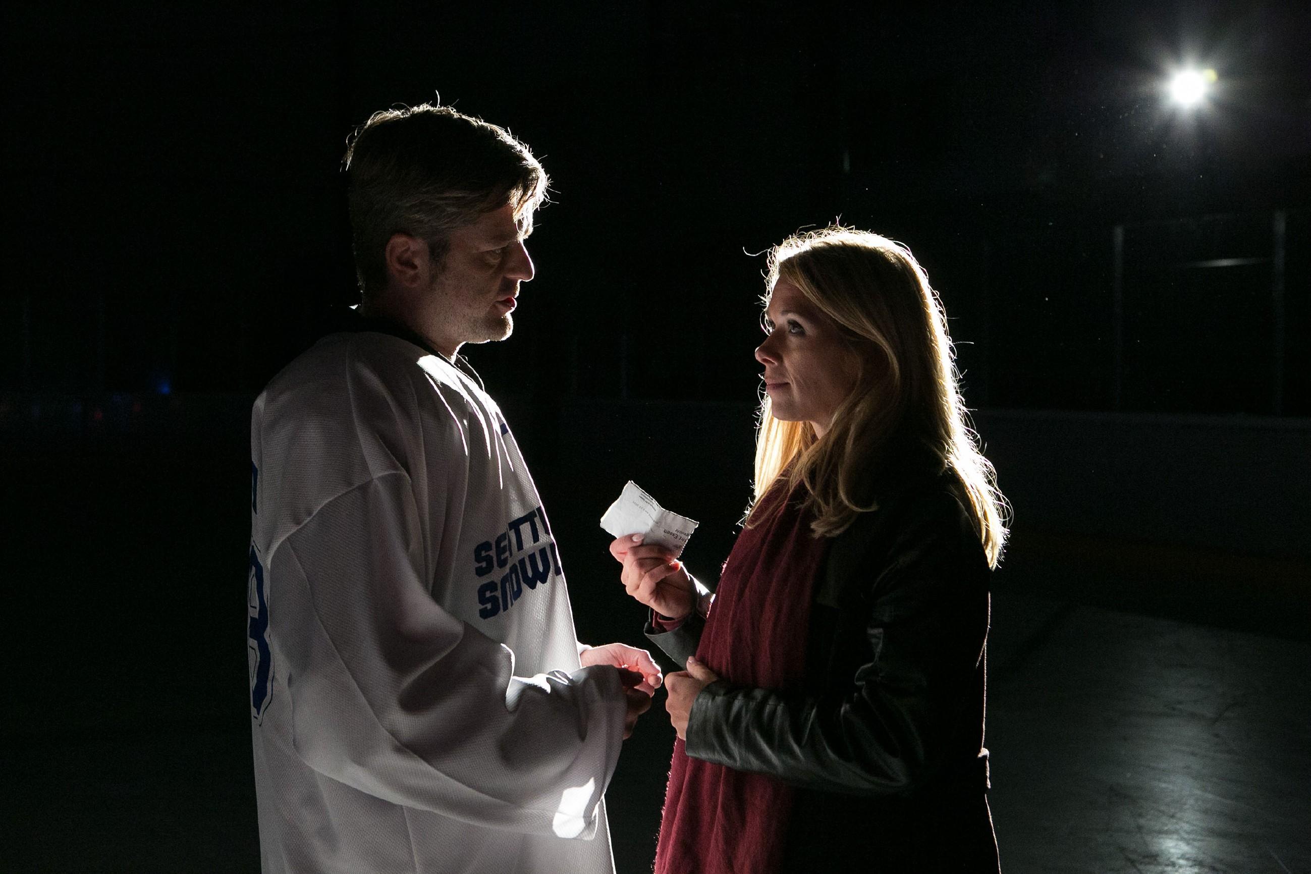 Ingo (André Dietz) hat sich als Eishockey-Spieler verkleidet in die Halle geschmuggelt, steht endlich vor Diana (Tanja Szewczenko) und erklärt ihr seine Liebe: Wird sie ihn erhören? (Quelle: RTL / Kai Schulz)