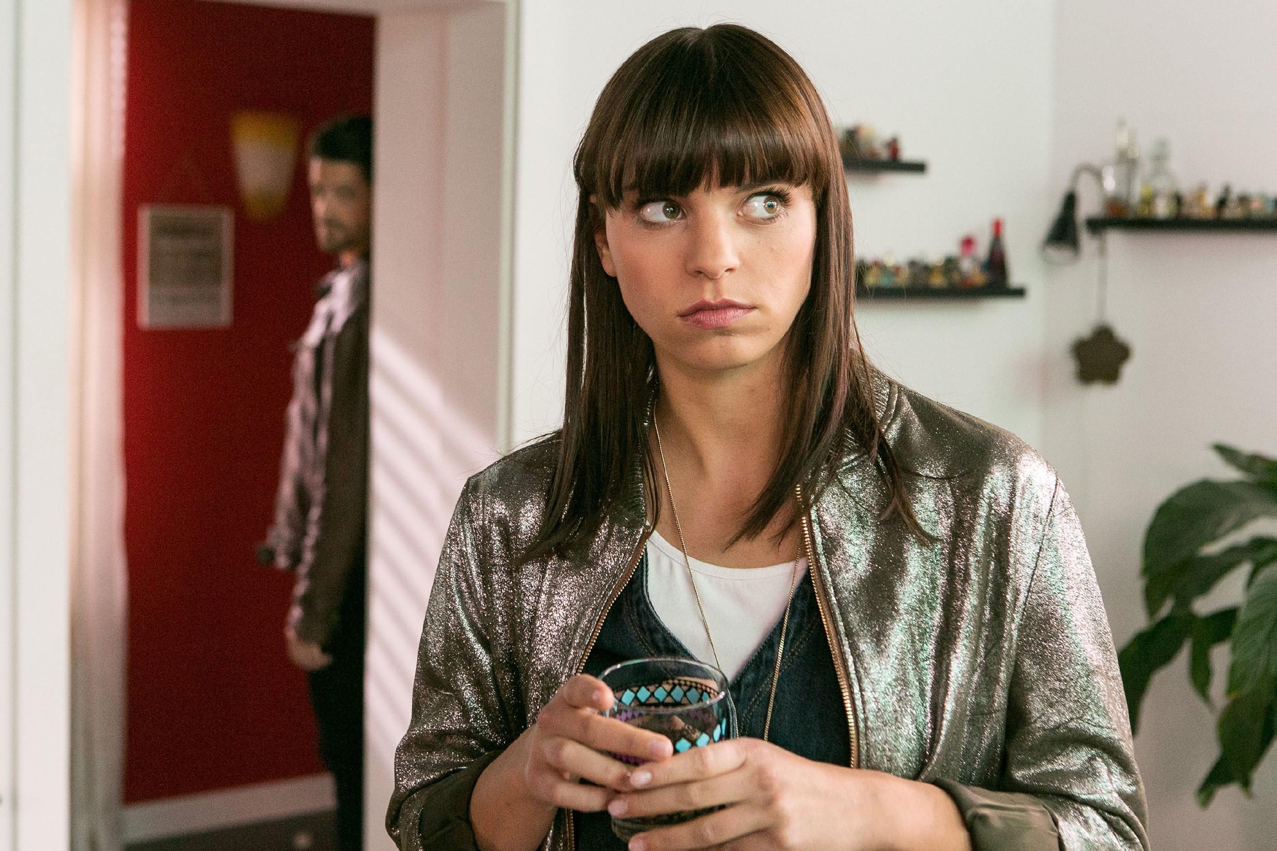 Michelle (Franziska Benz) ahnt nicht, dass Vincent (Daniel Buder) unentdeckt in die Wohnung eingedrungen ist... (Quelle: RTL / Kai Schulz)
