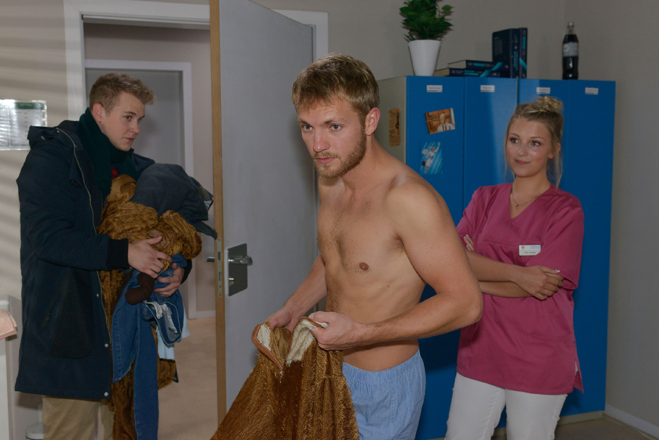 Jonas (Felix van Deventer, l.) schießt im Beisein von Lilly (Iris Mareike Steen) mit seiner kleinen Rache an Paul (Niklas Ostloh) übers Ziel hinaus. (Quelle: RTL / Rolf Baumgartner)