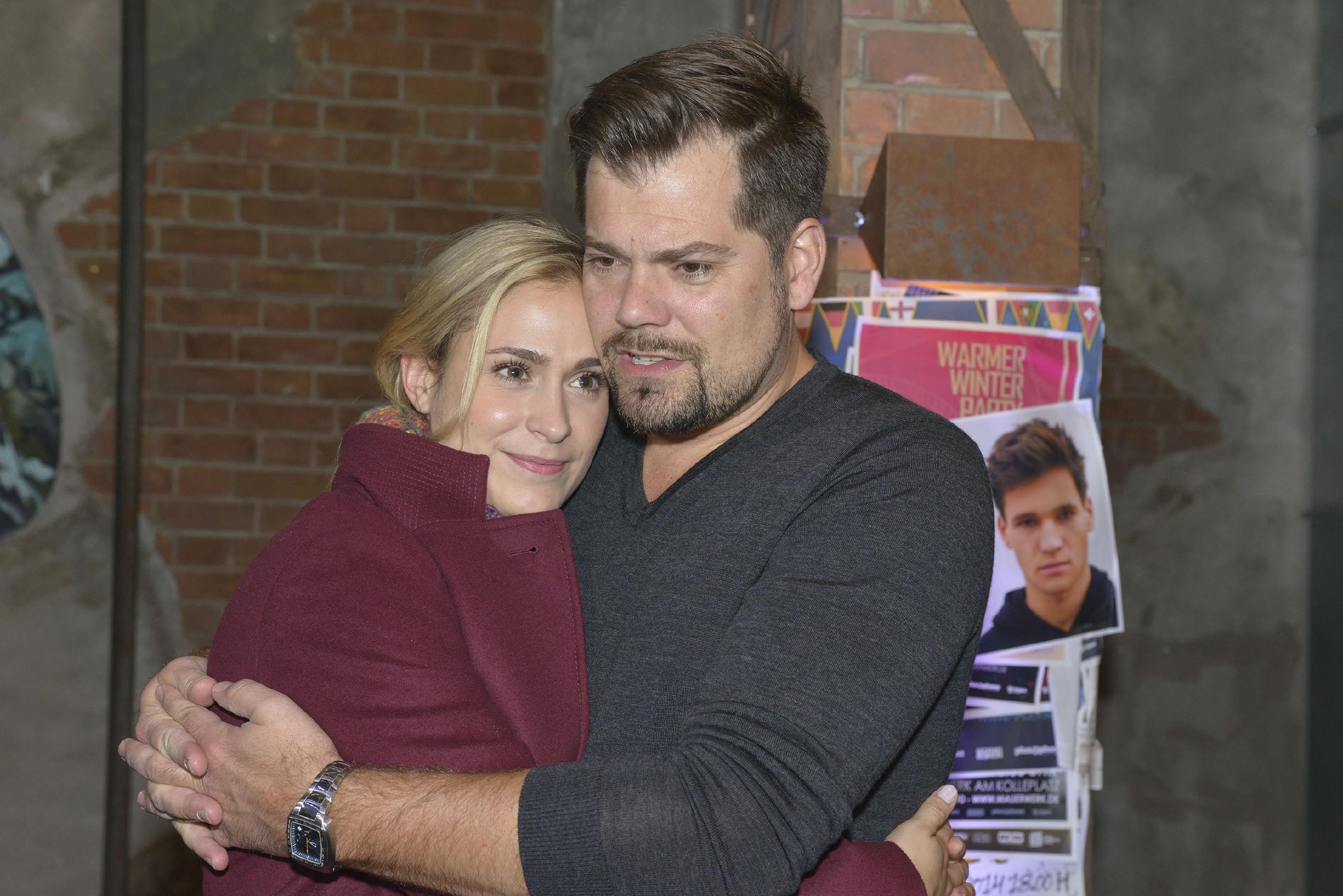 Leon (Daniel Fehlow) fürchtet, dass Sophie (Lea Marlen Woitack) am Verlust des gemeinsamen Kindes zerbrechen könnte. (Quelle: RTL / Rolf Baumgartner)