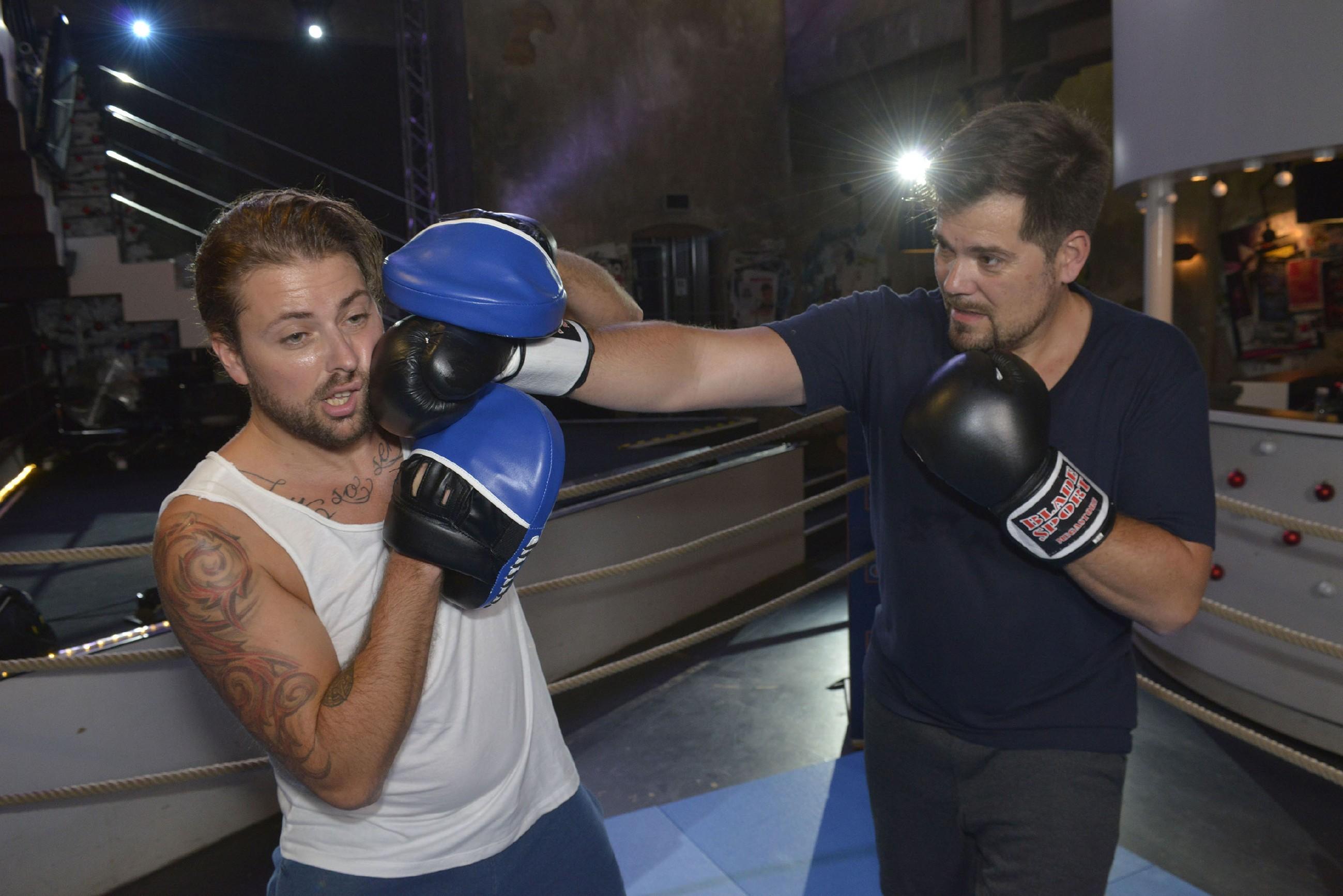 Leon (Daniel Fehlow r.) lässt sich auf das Box-Experiment ein und prügelt jedoch in seinem Frust immer härter auf John (Felix von Jascheroff) ein... (Quelle: RTL / Rolf Baumgartner)