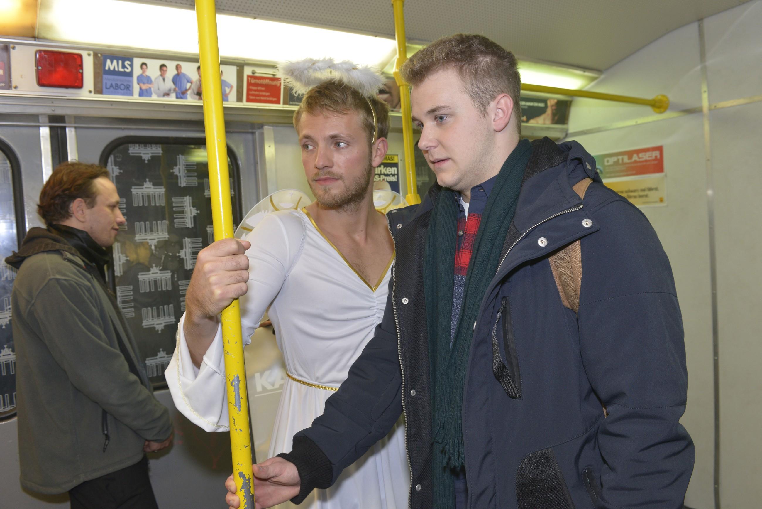Jonas (Felix van Deventer, r.) ist beeindruckt, wie cool und gelassen sich Paul (Niklas Osterloh, M.) in seinem Engelskostüm unter die Leute mischt. (Quelle: RTL / Rolf Baumgartner)