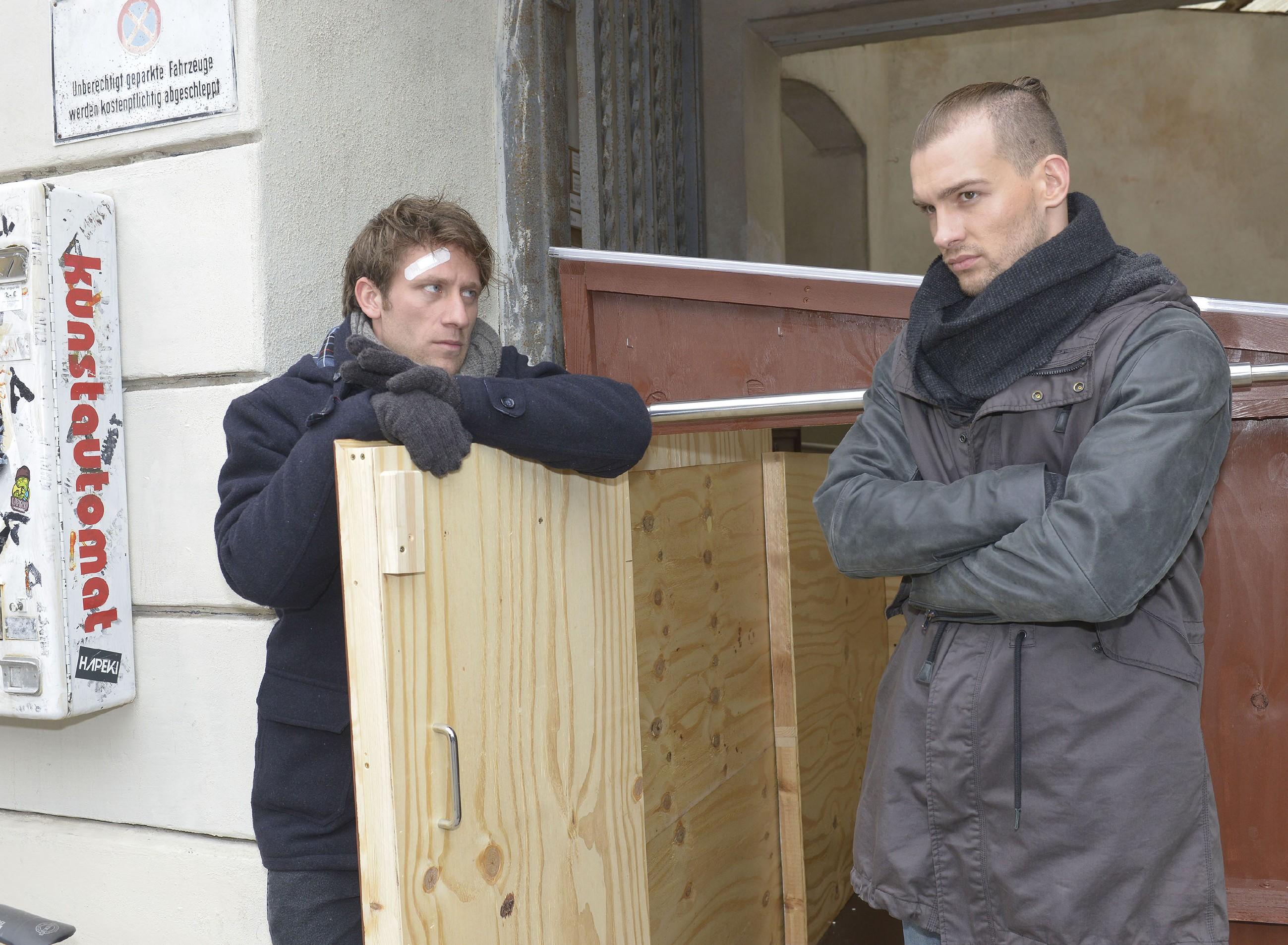 Till (Merlin Leonhardt, l.) und Chris (Eric Stehfest) hoffen, dass ihr Obdachlosenprojekt funktionieren wird. (Quelle: RTL / Rolf Baumgartner)