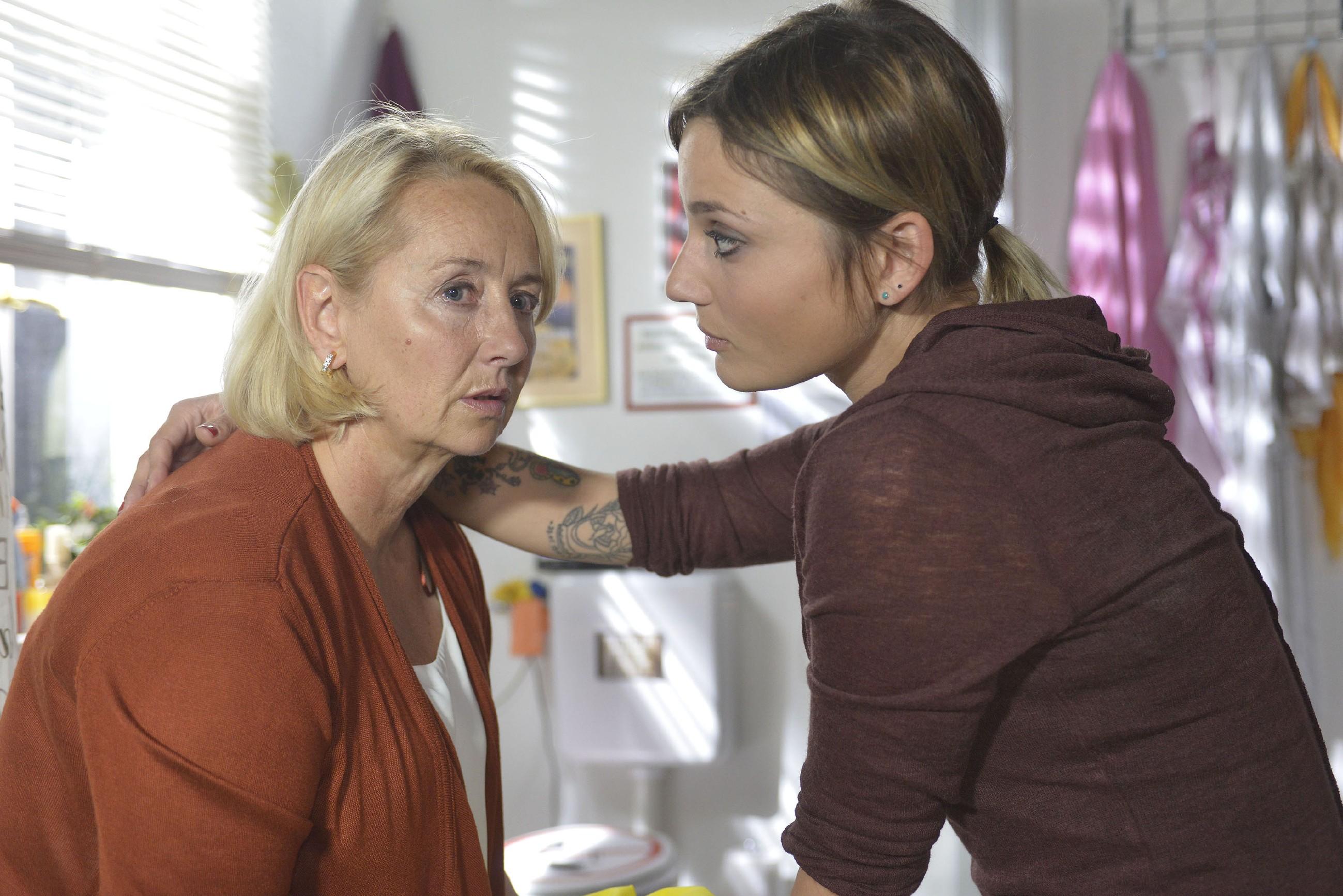 Anni (Linda Marlen Runge, r.) versucht einen Schrit auf ihre Mutter Christel (Imke Büchel) zuzugehen. (Quelle: RTL / Rolf Baumgartner)