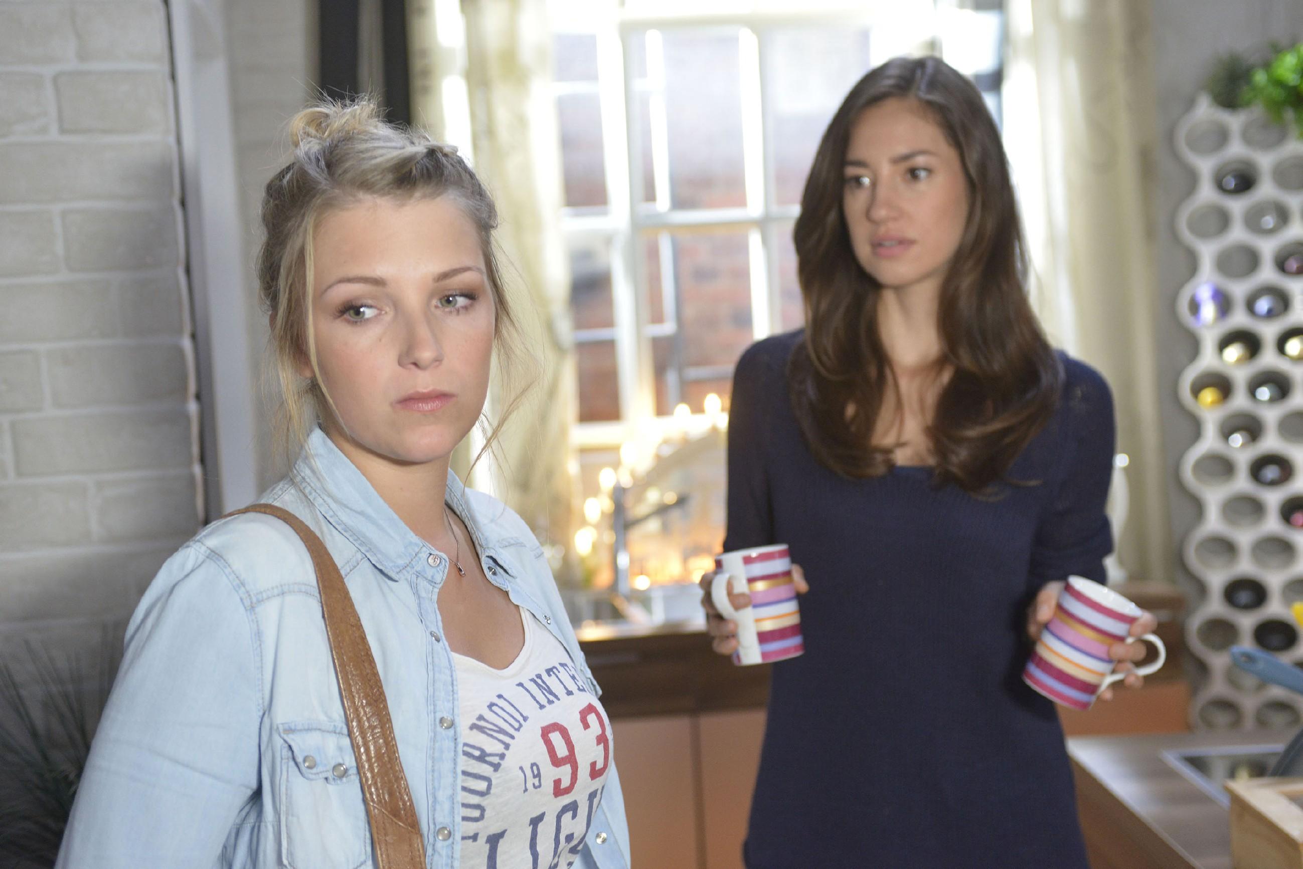 Elena (Elena Garcia Gerlach, r.) ist enttäuscht, dass auch Lilly (Iris Mareike Steen) sich von ihr abwendet. (Quelle: RTL / Rolf Baumgartner)