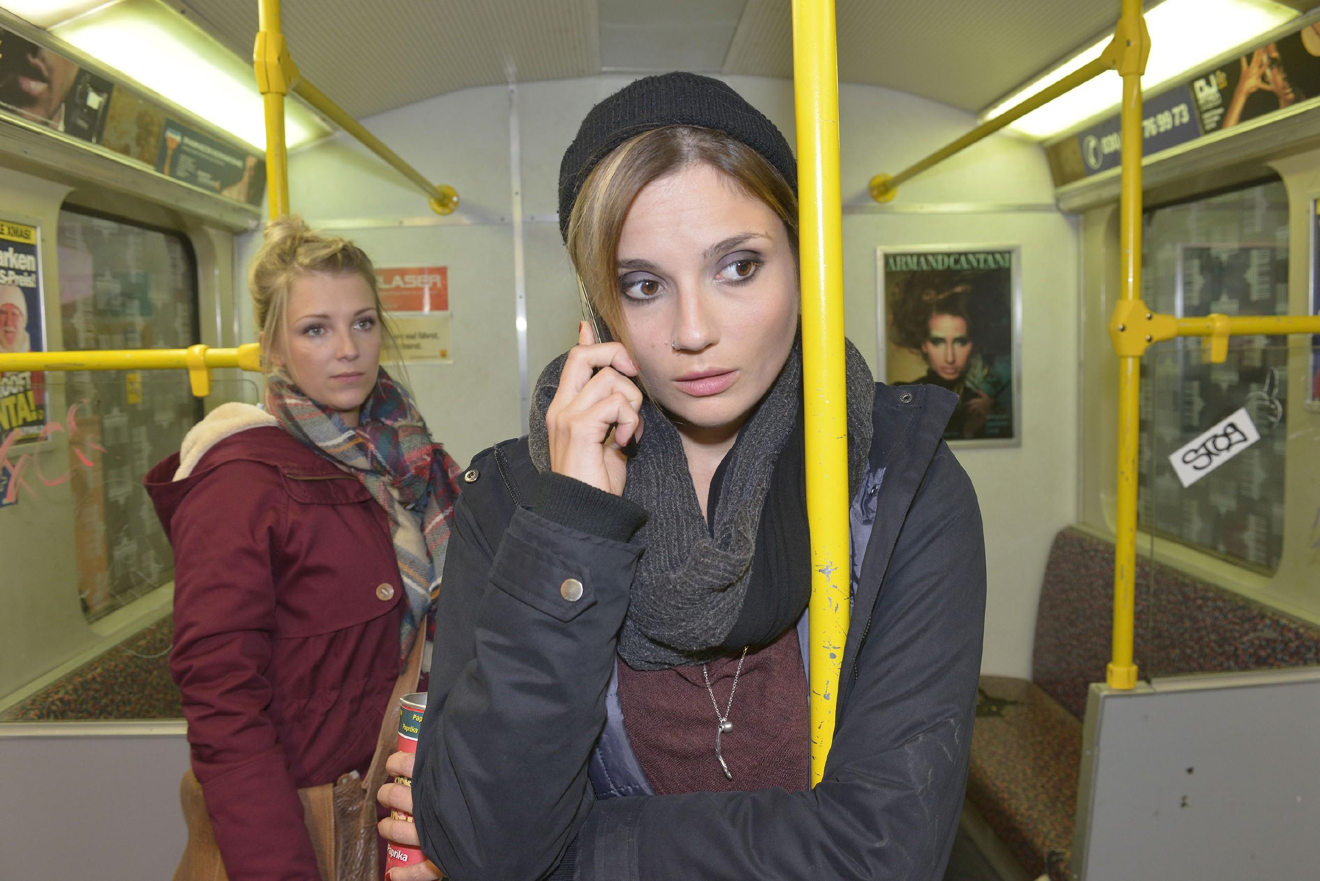 Lilly (Iris Mareike Steen, l.) realisiert, dass Anni (Linda Marlen Runge) fürchtet, dass ihrer Mutter im Großstadt-Dschungel etwas zugestoßen ist. (Quelle: RTL / Rolf Baumgartner)