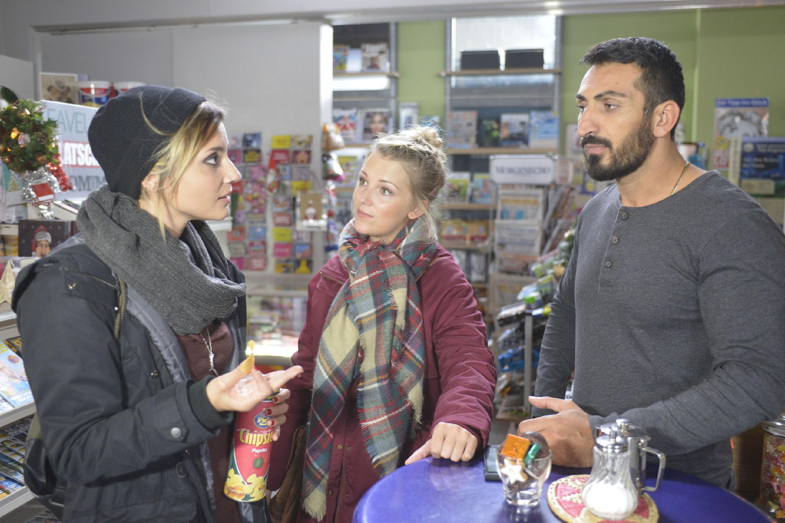 Lilly (Iris Mareike Steen, M.) und Mesut (Mustafa Alin) versprechen Anni (Linda Marlen Runge) zu helfen, ihre Mutter zu finden. (Quelle: RTL / Rolf Baumgartner)