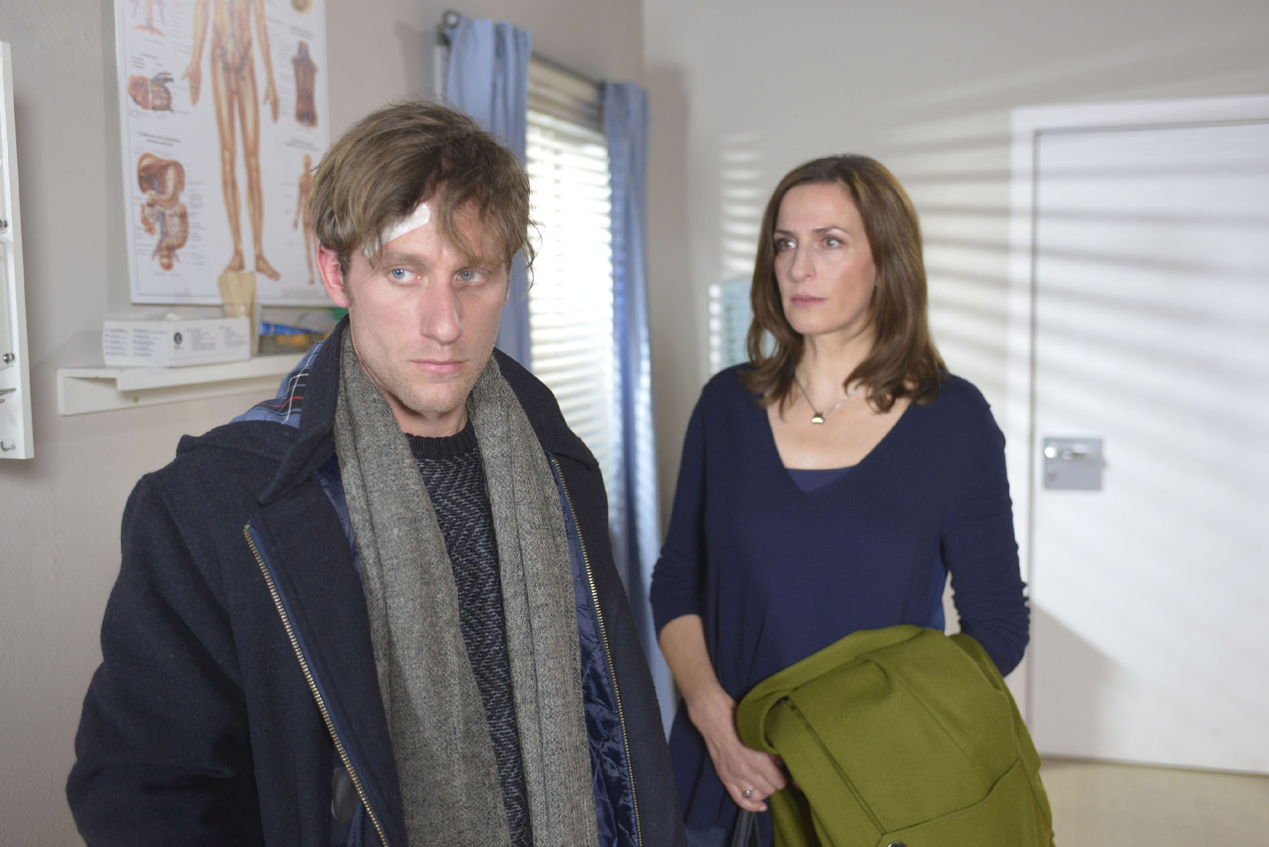 Katrin (Ulrike Frank) und Till (Merlin Leonhardt) sind von der Diagnose geschockt... (Quelle: RTL / Rolf Baumgartner)