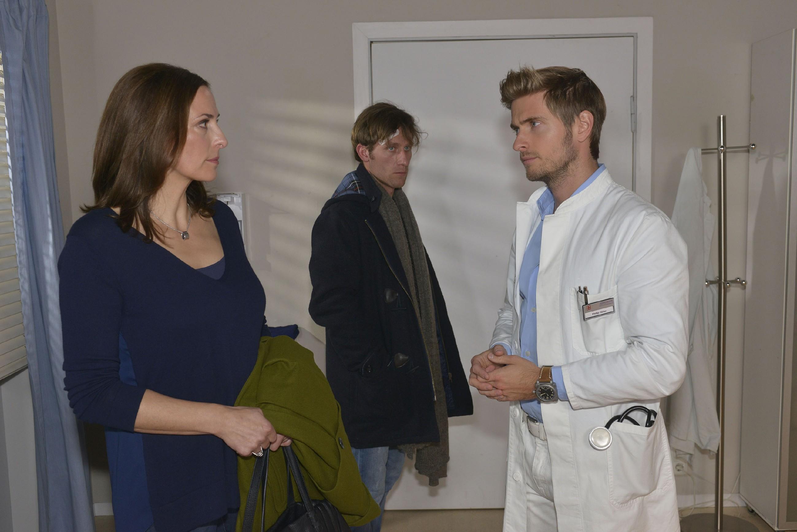 Philip (Jörn Schlönvoigat, r.) kann Katrin (Ulrike Frank) und Till (Merlin Leonhardt) bezüglich Tills Krankheit wenig Hoffnung machen. (Quelle: RTL / Rolf Baumgartner)