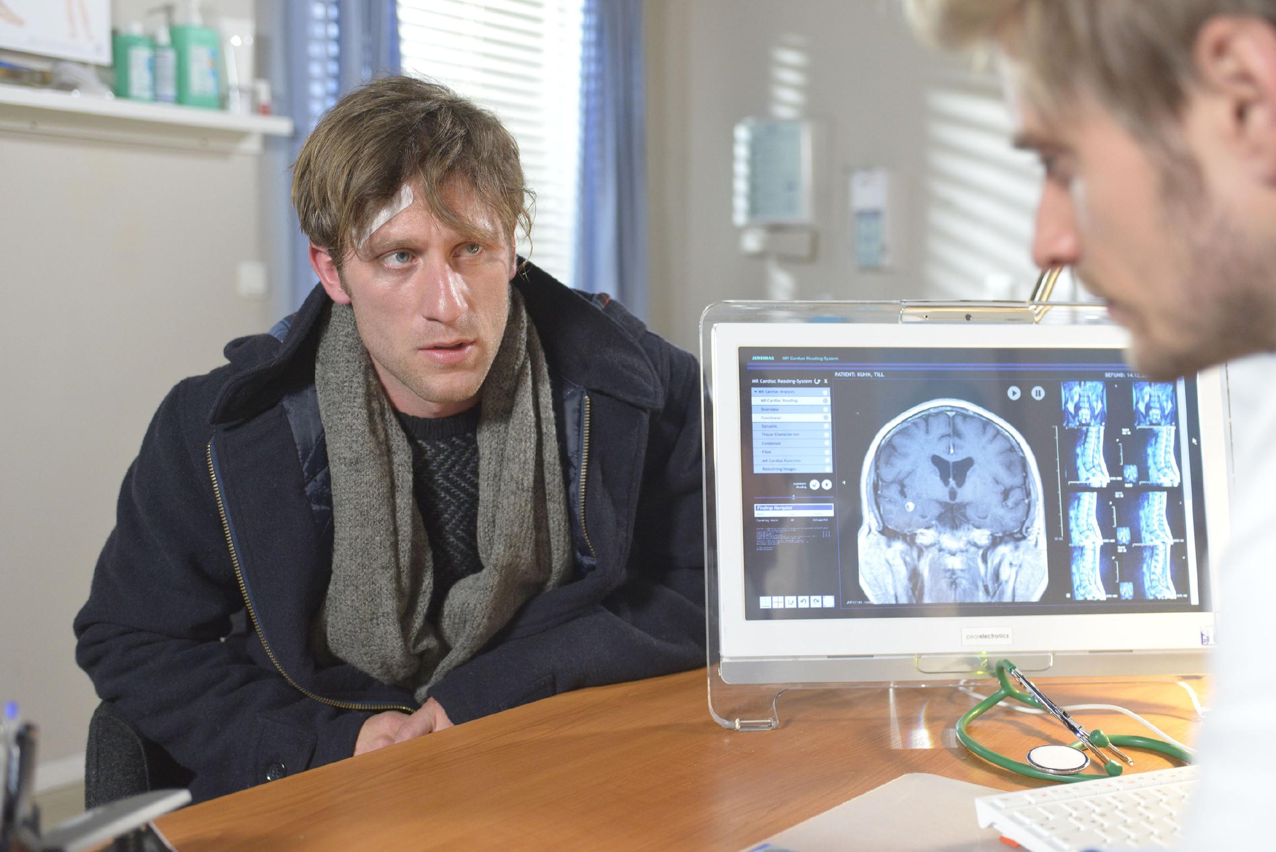 Till (Merlin Leonhardt, l.) bekommt von Philip (Jörn Schlönvoigt) eine niederschmetternde Diagnose... (Quelle: RTL / Rolf Baumgartner)