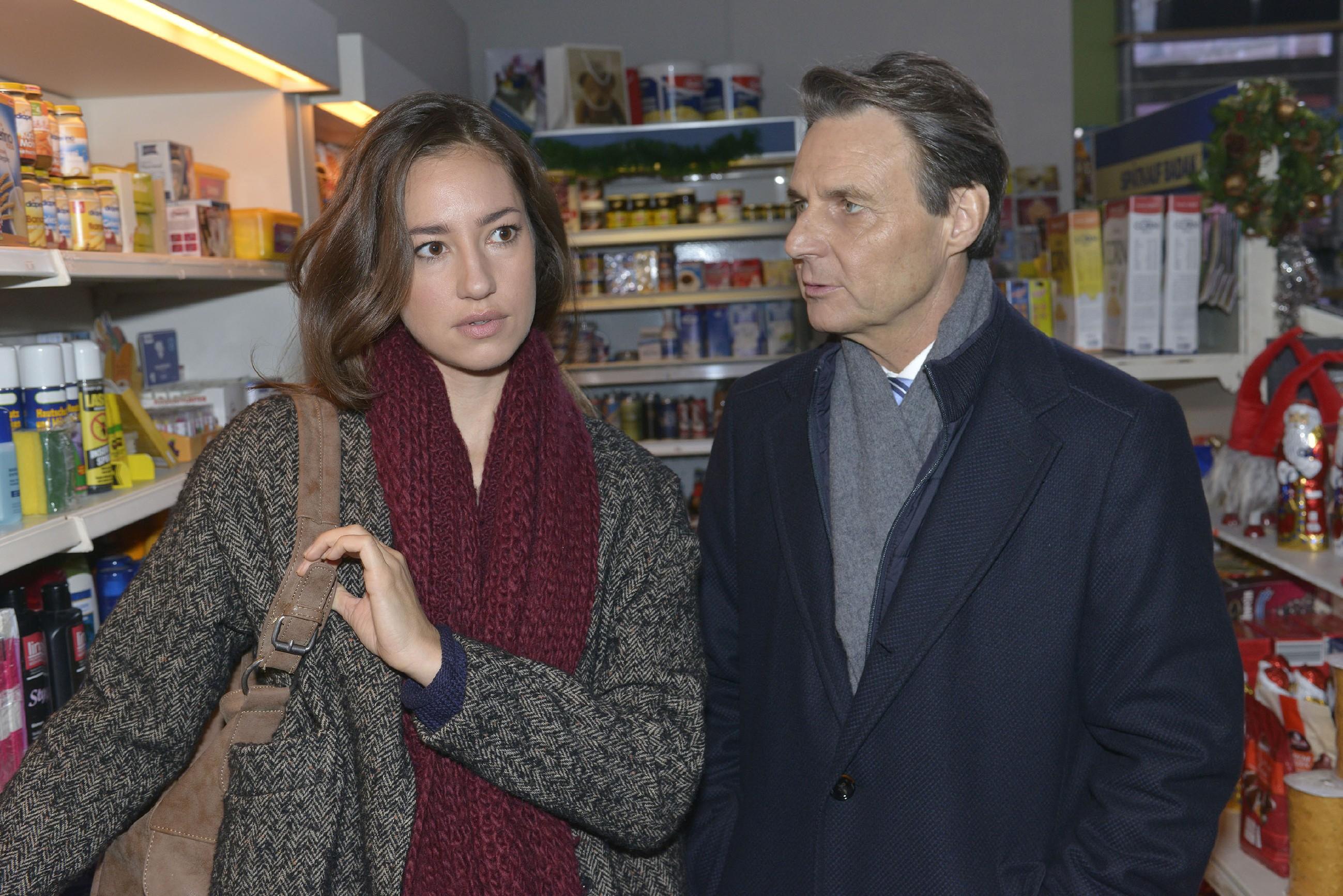 Elena (Elena Garcia Gerlach) fühlt sich einsam, denn sie versucht immer noch vergeblich, auf ihre Freunde zuzugehen. Gerners (Wolfgang Bahro) Rat, mehr Härte zu zeigen, will sie aber nicht annehmen. (Quelle: RTL / Rolf Baumgartner)